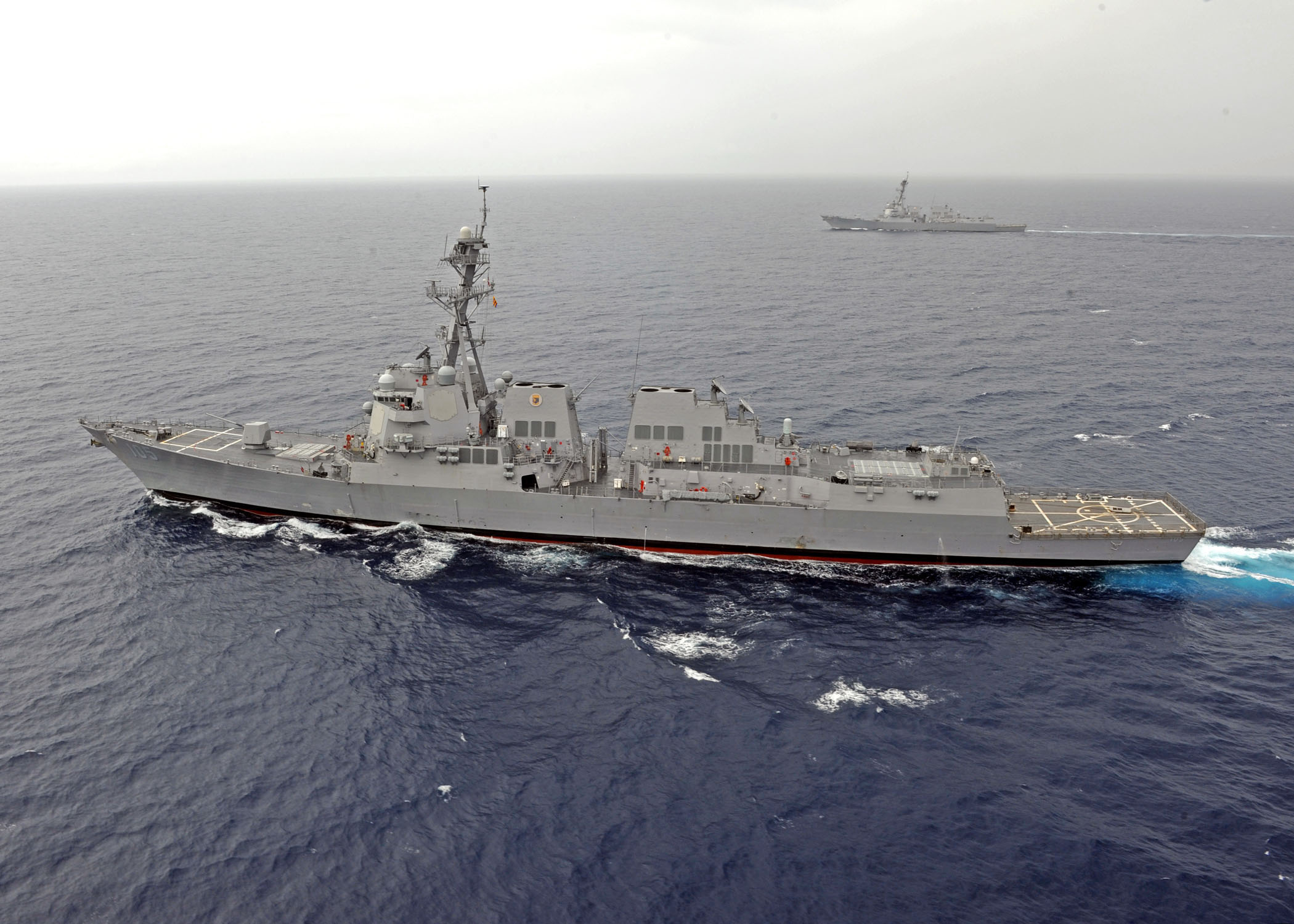armée americaine US_Navy_111005-N-VH839-236_SOUTH_CHINA_SEA_%28Oct._5%2C_2011%29_The_guided-missile_destroyers_USS_Dewey_%28DDG_105%29%2C_front%2C_and_USS_Pinckney_%28DDG_91%29