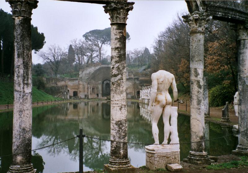 Cette paire de fesse se trouve à la Villa Adriana à Tivoli près de Rome. Photo de Canopos.