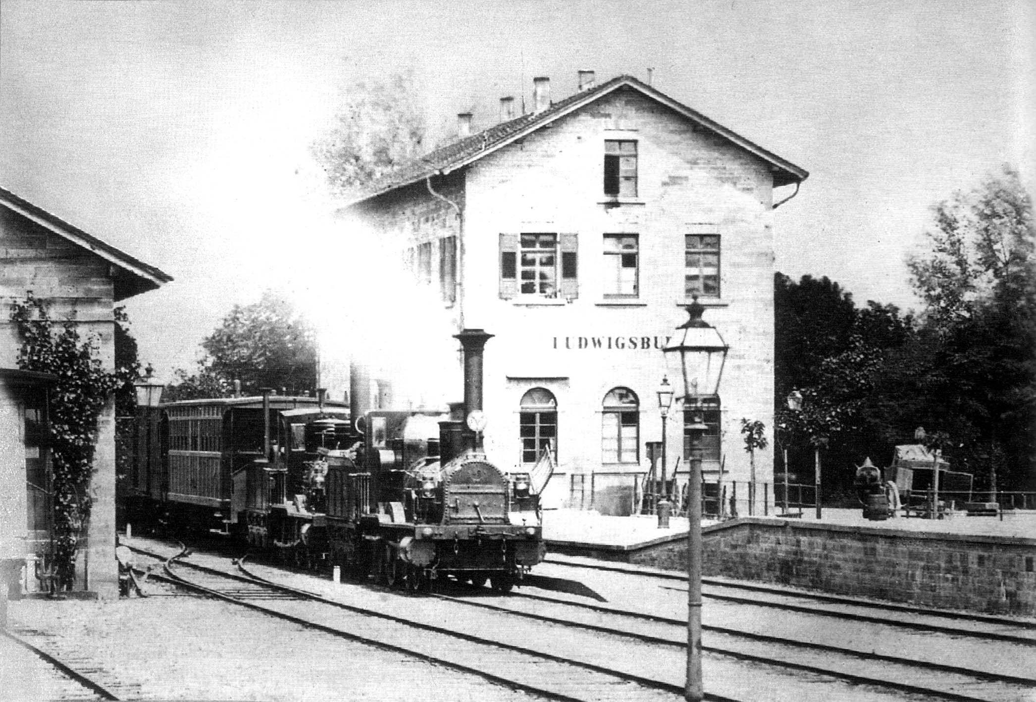 zwei Lokomotiven der Klasse III im Bahnhof Ludwigsburg, zirka 1860