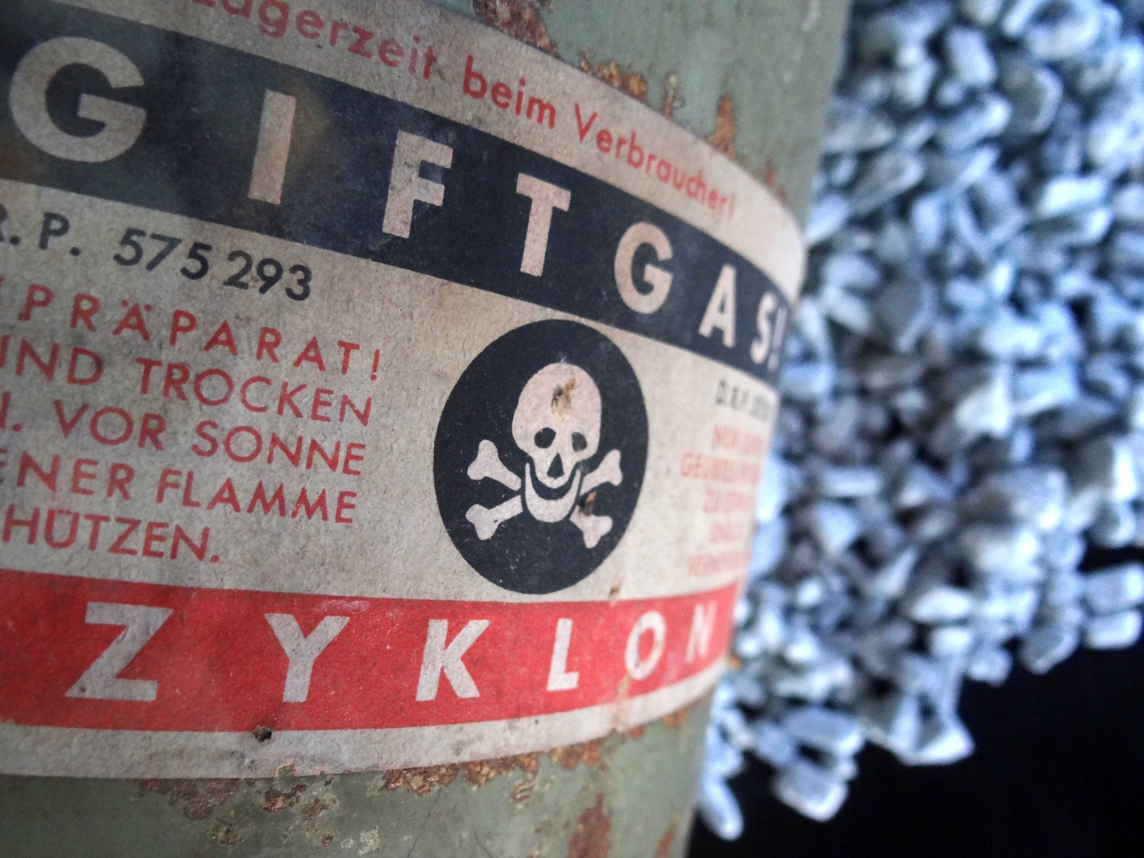 Zyklon_B_Gas_Canister_and_Crystals_-_Maj