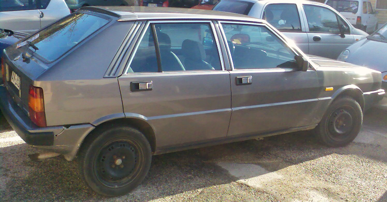 https://upload.wikimedia.org/wikipedia/commons/2/2f/1990_Lancia_Delta_rear.jpg