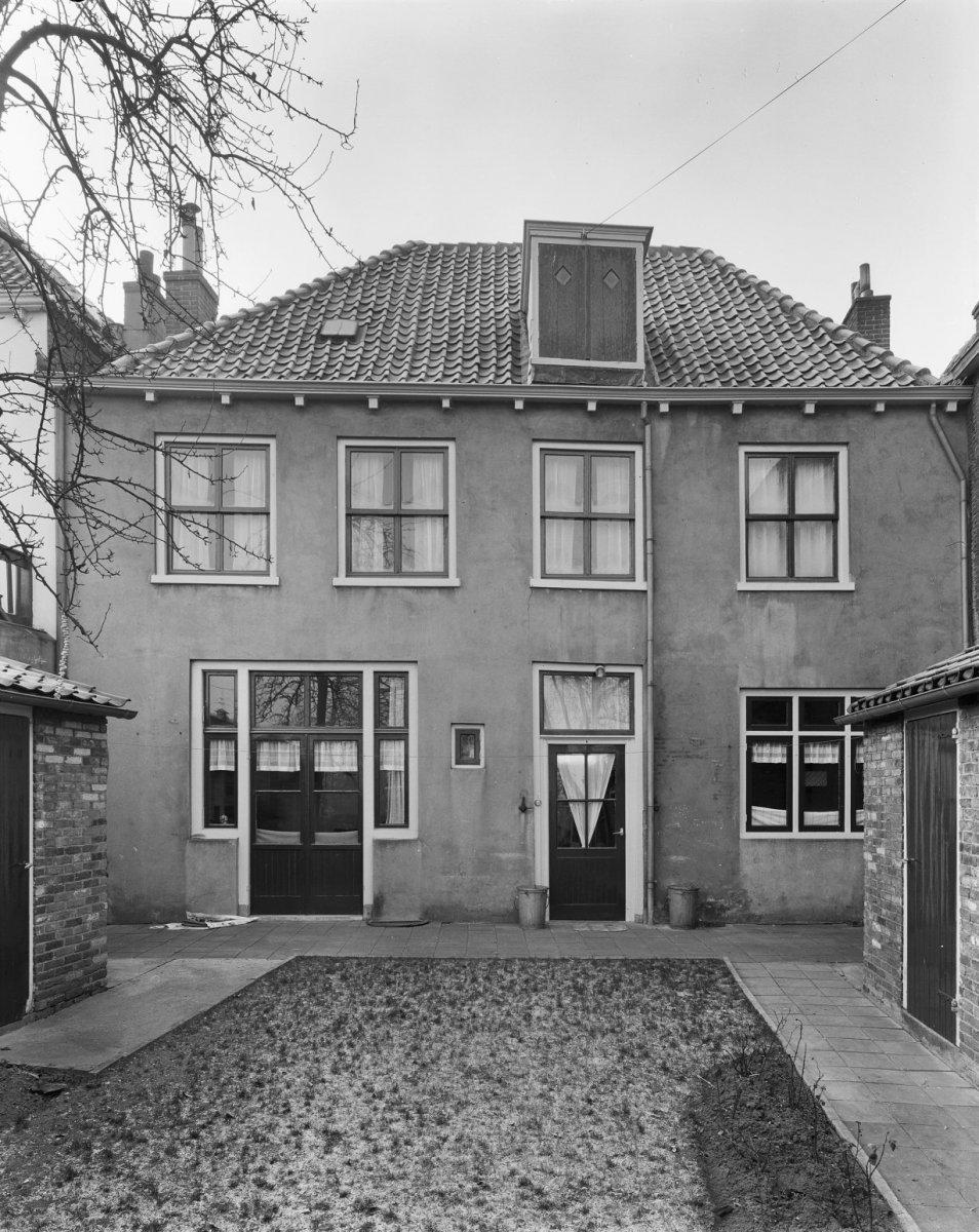 Huis met witgepleisterde gevel stoeppalen met kettingen in amersfoort monument - Huis gevel ...