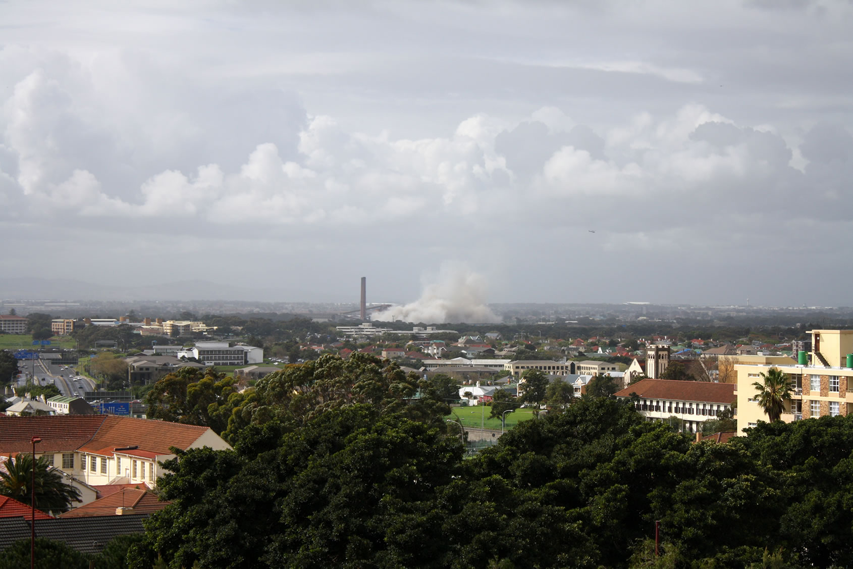 Datei:Athlone, Cape Town, just after the demolition of the Athlone Cooling Towers
