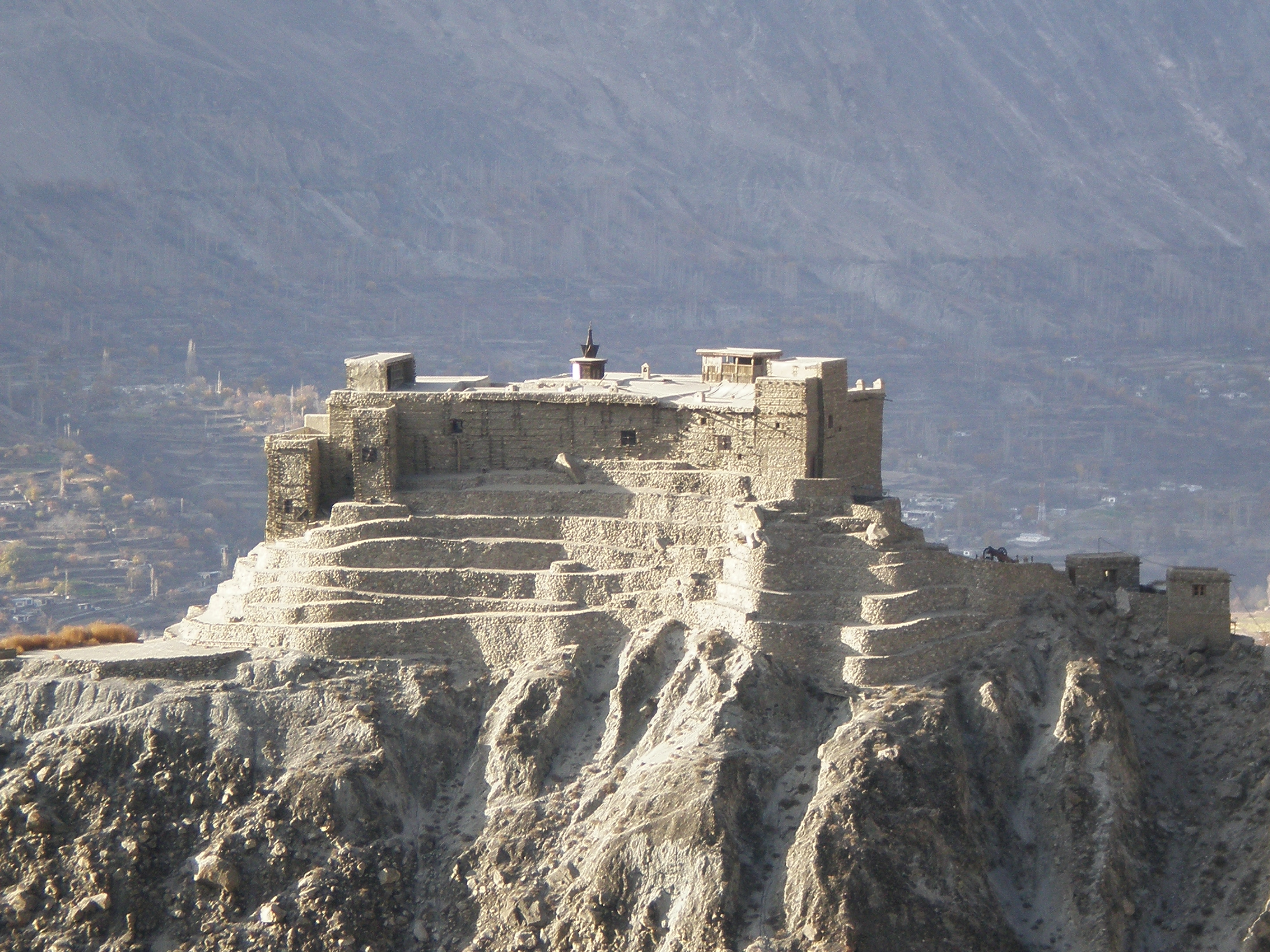 https://upload.wikimedia.org/wikipedia/commons/2/2f/Baltit_Fort_East_Elevation.JPG