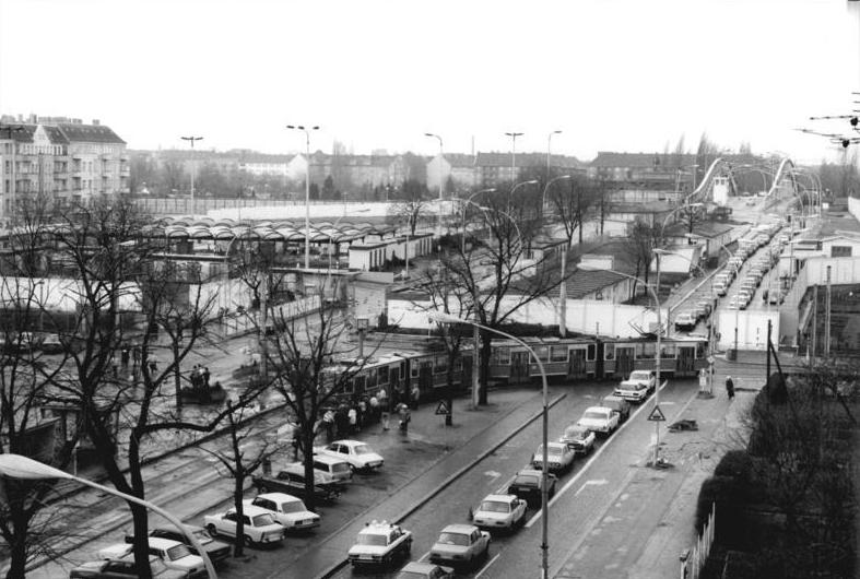 Bundesarchiv Bild 183-1990-0212-021, Berlin, Bornholmer Brücke, Straßenbahn