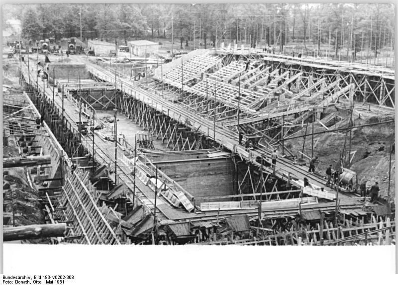 Bauarbeiten Friesenstadion. Das eigentliche Stadion ist noch unter Gerüsten verborgen. Tribünen, Becken etc. ist klar zu erkennen.