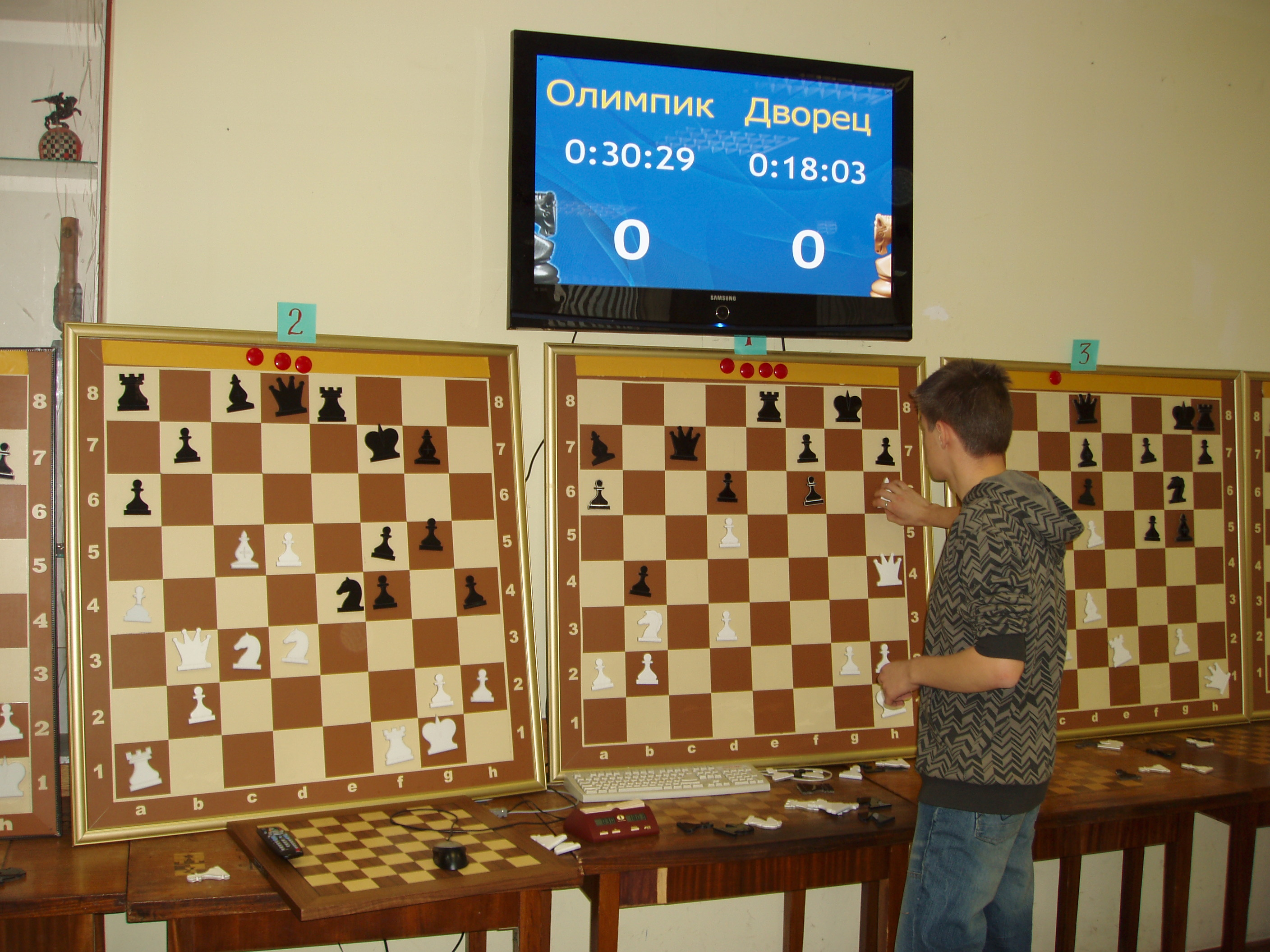 Business chess wiki everipedia - Chess board display case ...