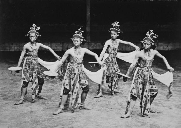 File:COLLECTIE TROPENMUSEUM Beksan Entheng dansers aan het hof van de sultan van Jogjakarta TMnr 60027246.jpg