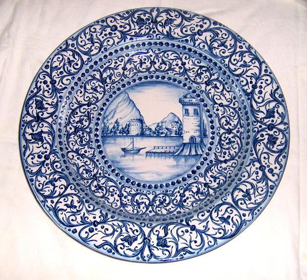 Piatto in ceramica di Caltagirone dipinto a mano da Agatino Caruso raffigurante paesaggio lagunare in monocromia blu cobalto