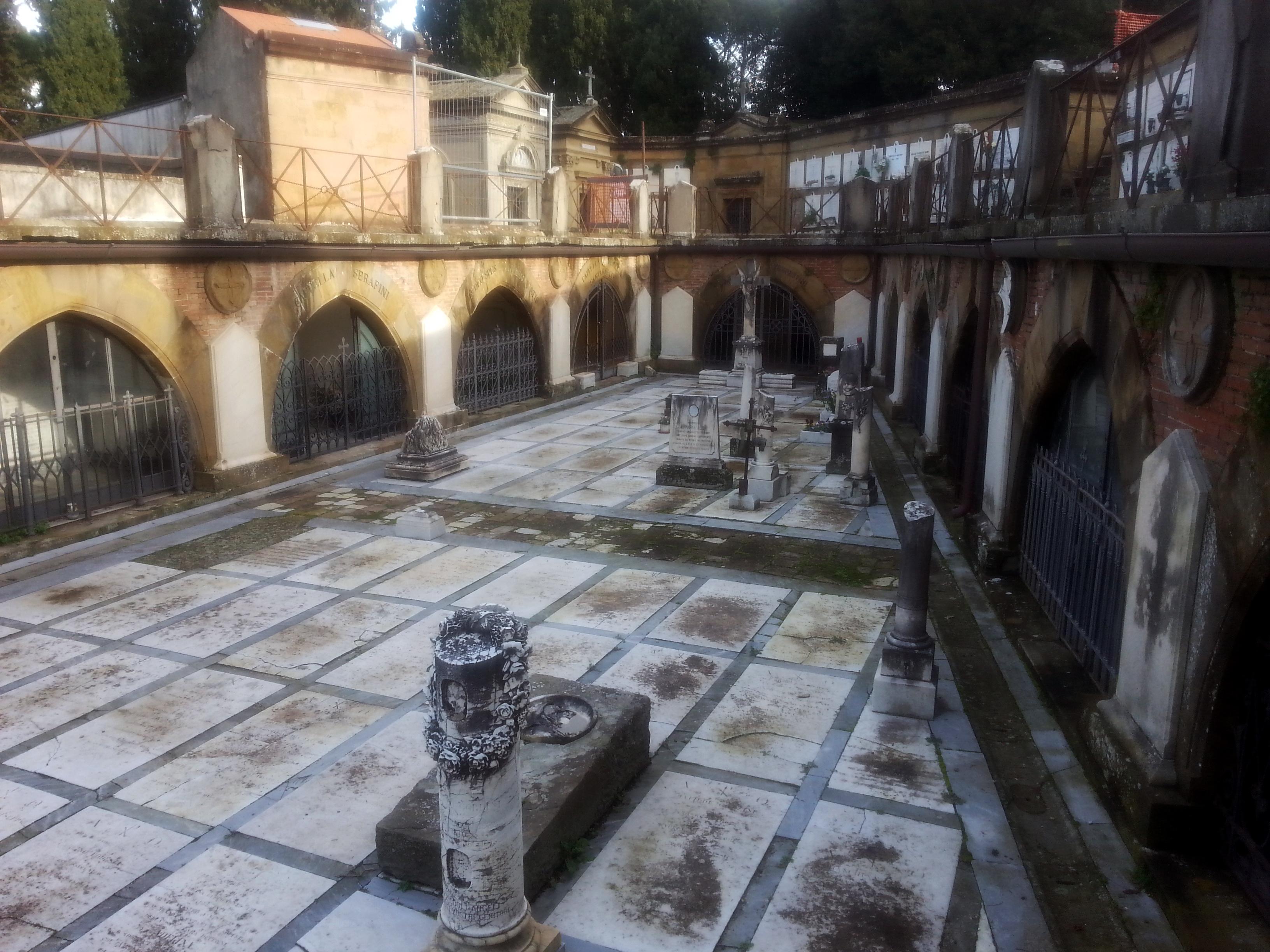 San Miniato al Monte, Cimitero delle Porte Sante, lapidi e tombe di marmo bianco e alcune cappelle di famiglia