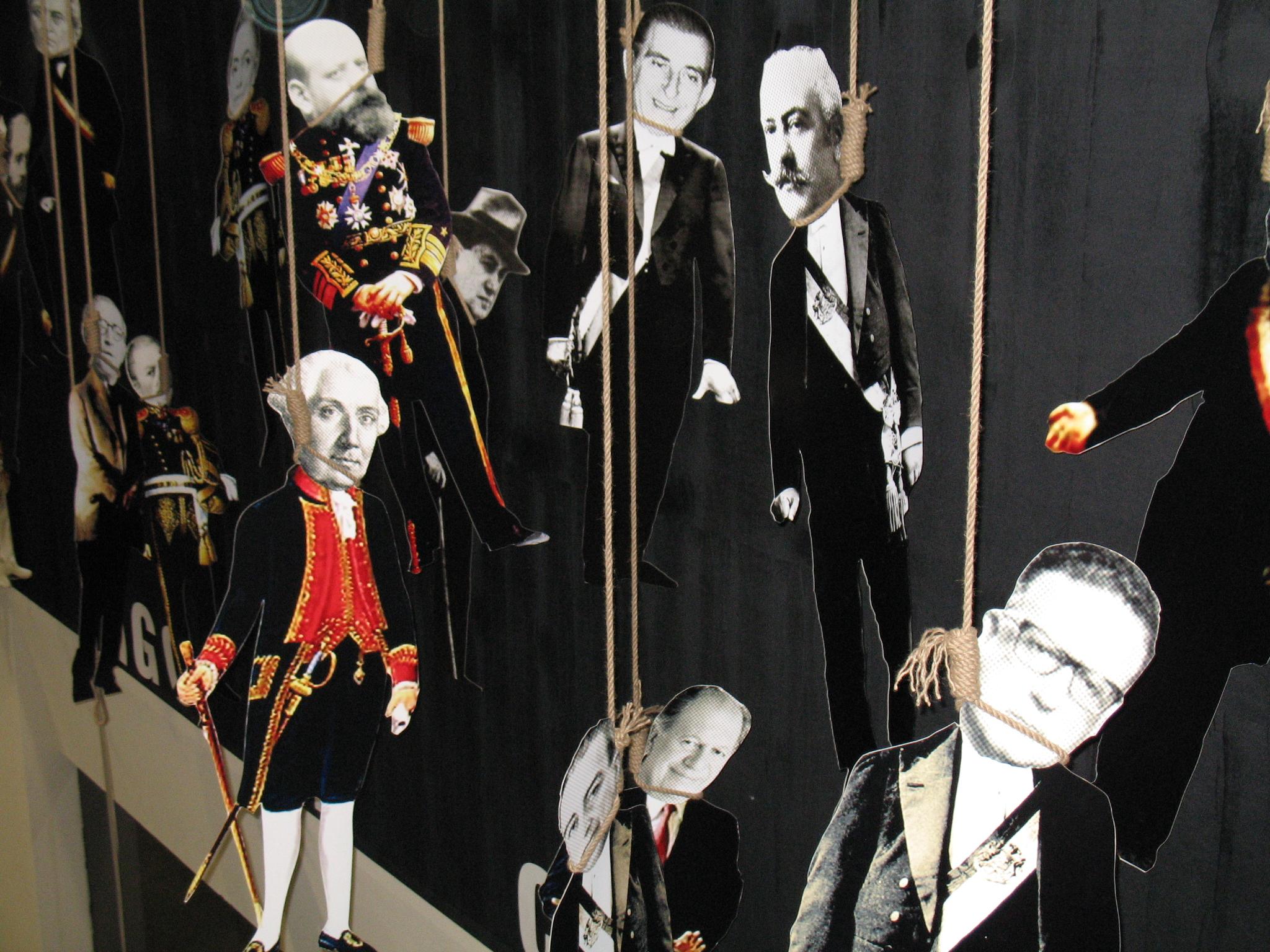 «El pago de Chile», controvertida instalación de su exposición Obras públicas (2006), donde exhibía a los presidentes de Chile colgados con una soga al cuello.