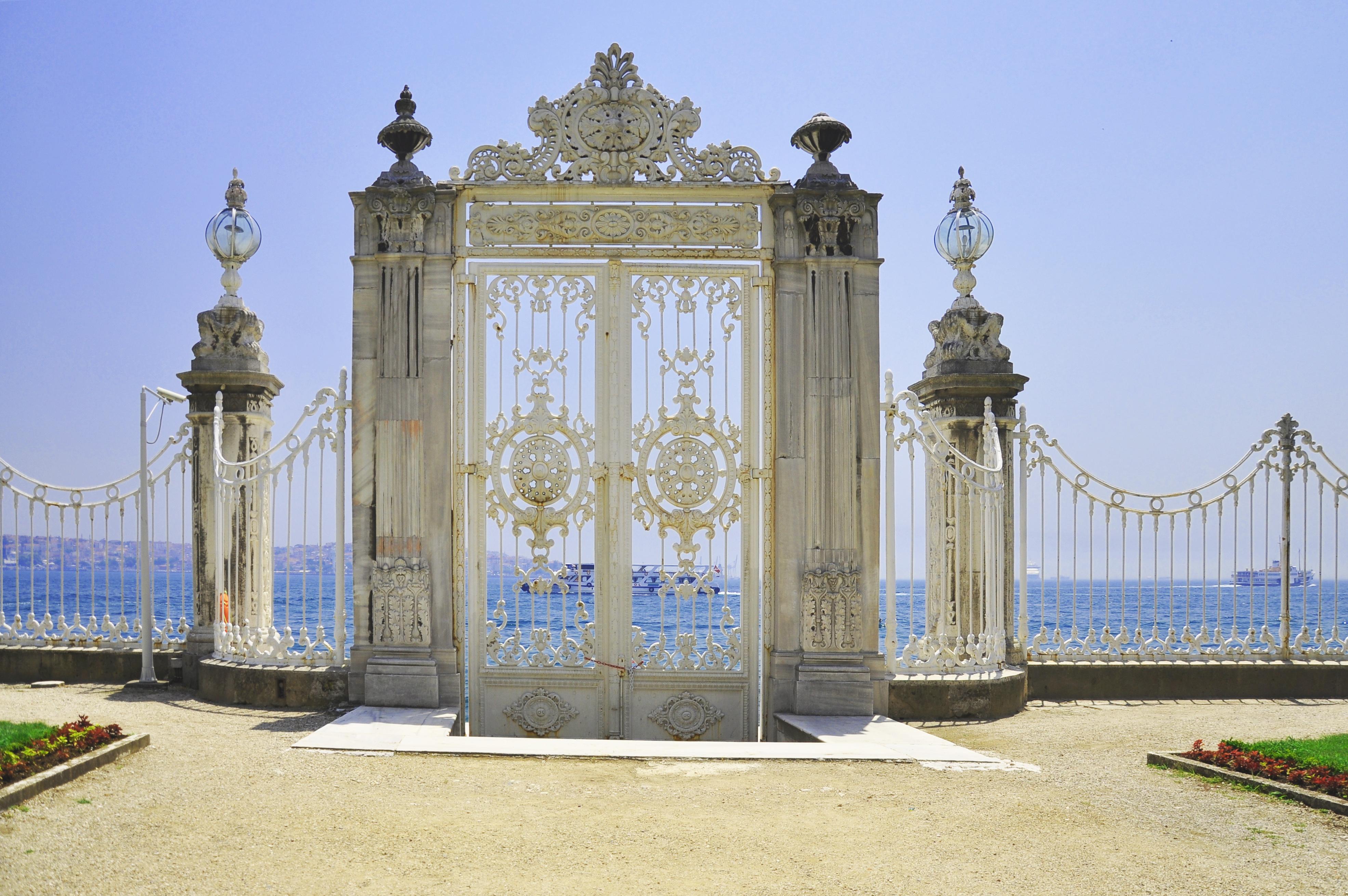File:Gate of Dolmabahçe Palace, Istanbul, Turkey 001.jpg ...
