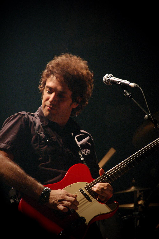 """Gustavo Cerati durante la gira """"Ahí Vamos"""" en la segunda de sus presentaciones en Madrid en octubre de 2006."""