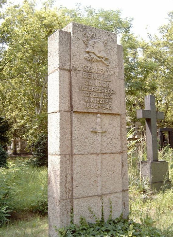 Sírja Budapesten. Kerepesi temető: 18/1-2-37 (szobrász: Györgyi Dénes).