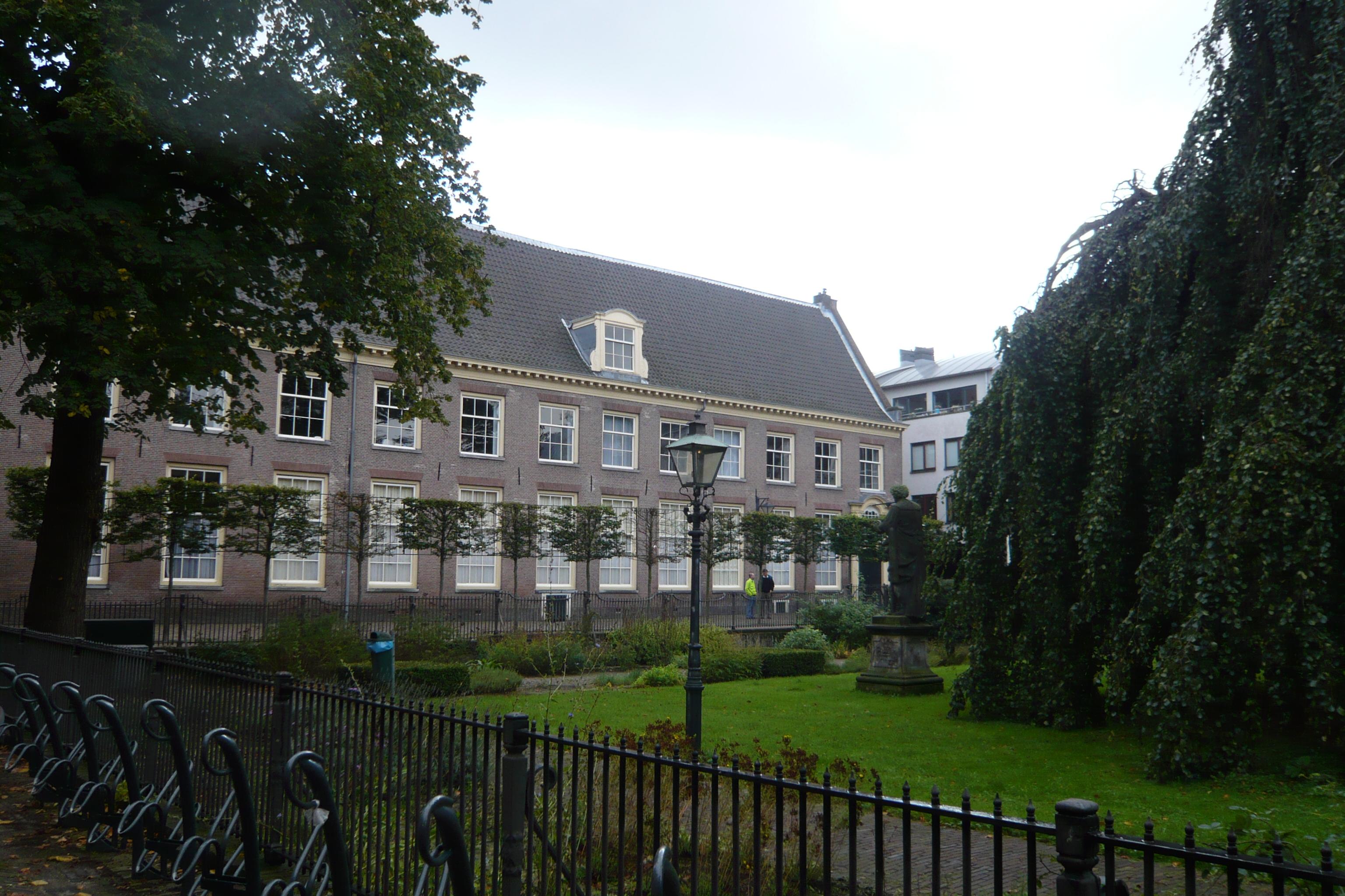 Voormalige hortus medicus, park met gesmede omheining en 18e eeuws ...