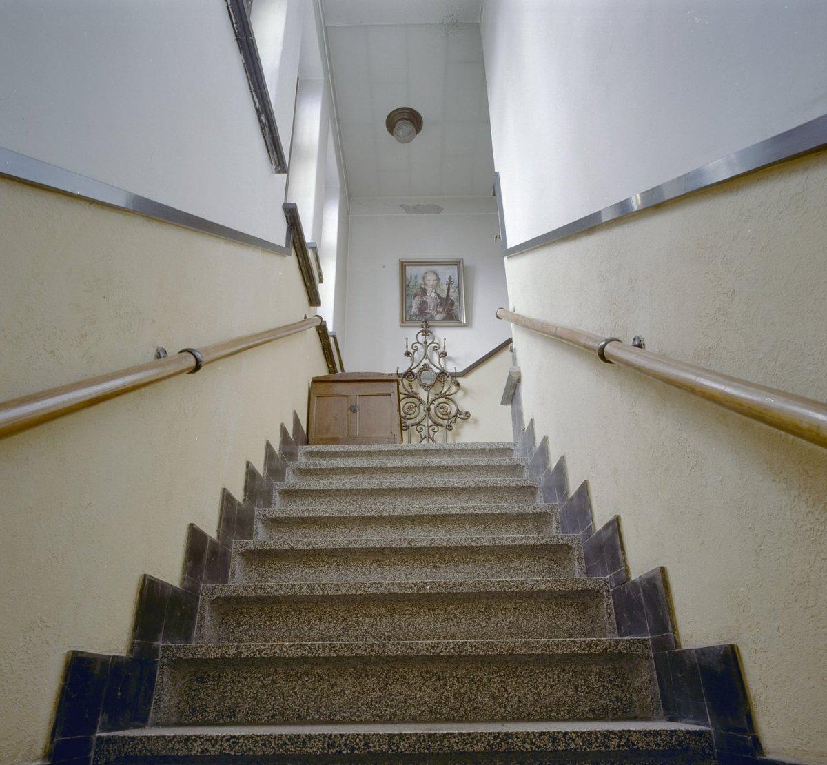File interieur trappenhuis en trap met terrazzowerk van beneden naar boven bezien dongen - Beneden trap ...