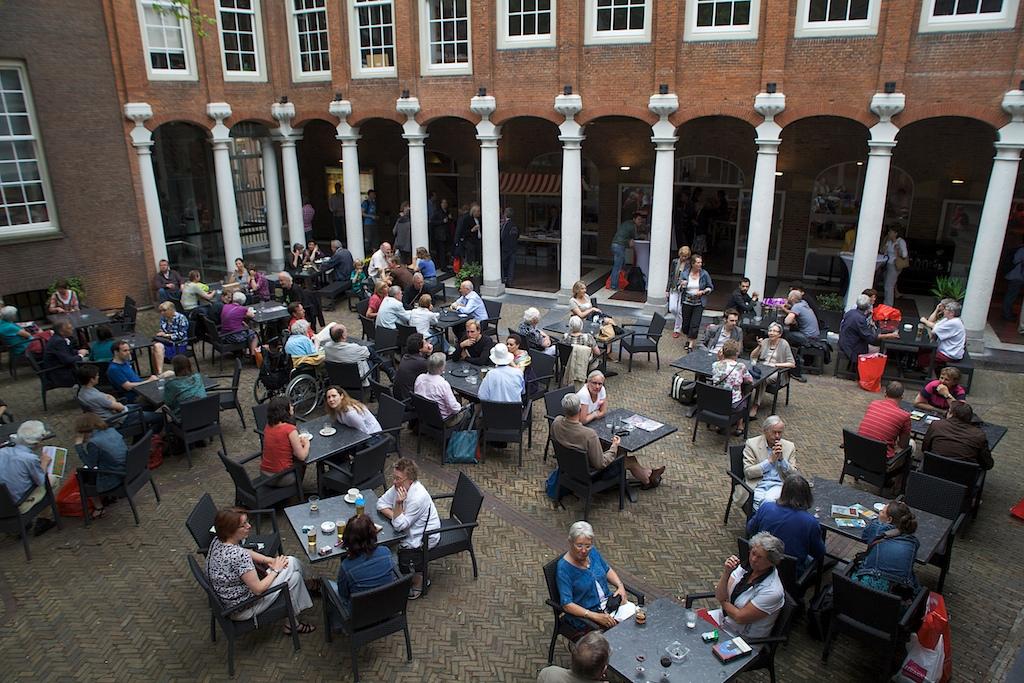 Cour et café du musée d'histoire d'Amsterdam