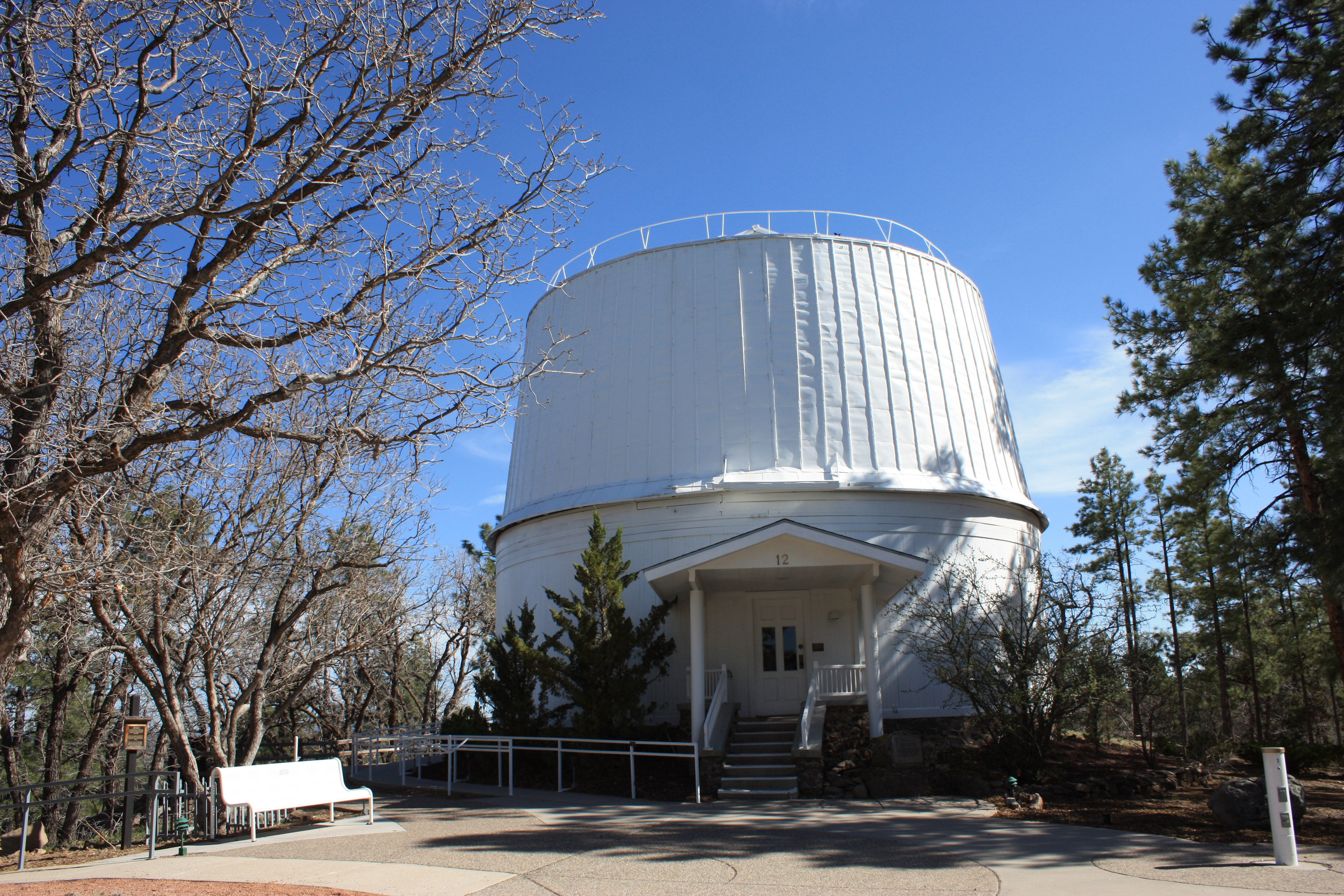 Lowell Observatory, lieu de la découverte de Pluton, by Kaldari (Own work) [Public domain], via Wikimedia Commons