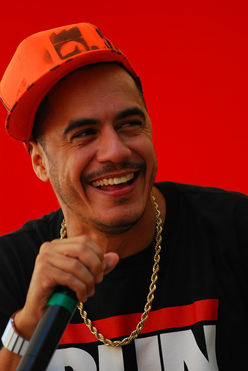 Marcelo D2 frequently mixes hip hop with samba.
