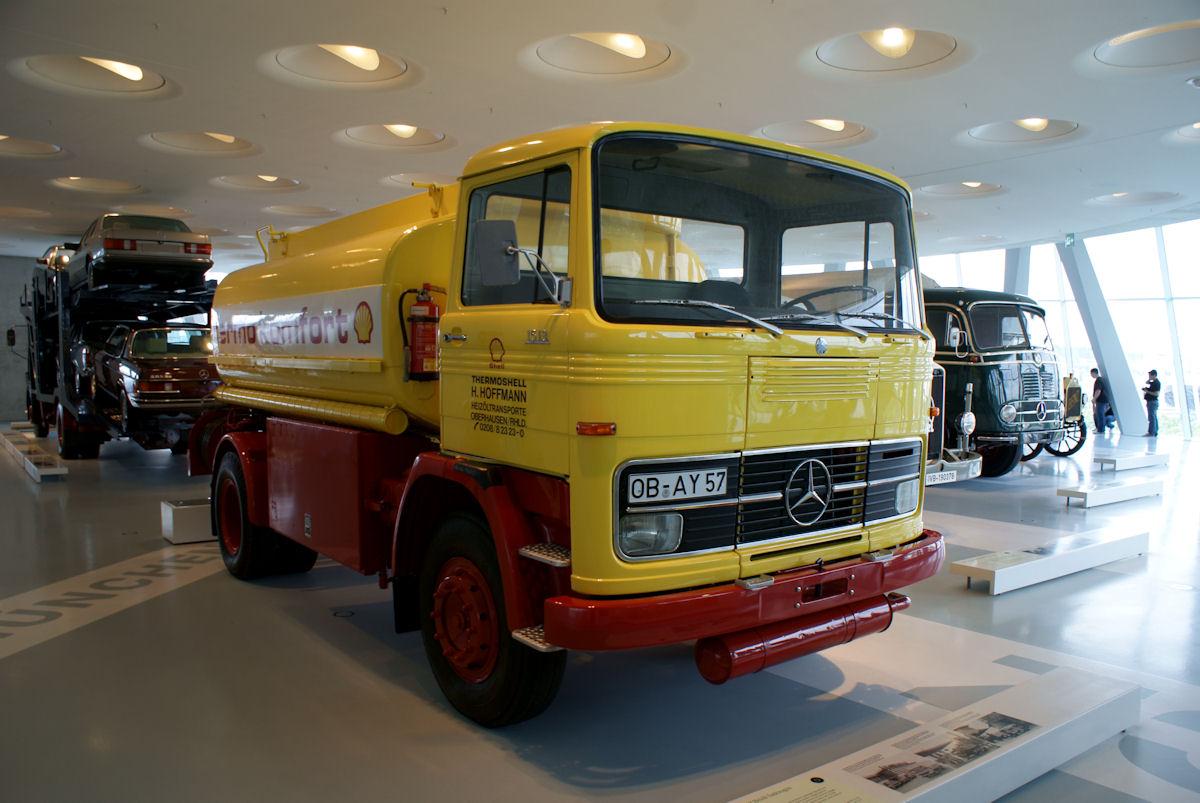 File:Mercedes-Benz LP 1513 1974 Heizöl-Tankwagen RFront MBMuse 9June2013  (14960595056