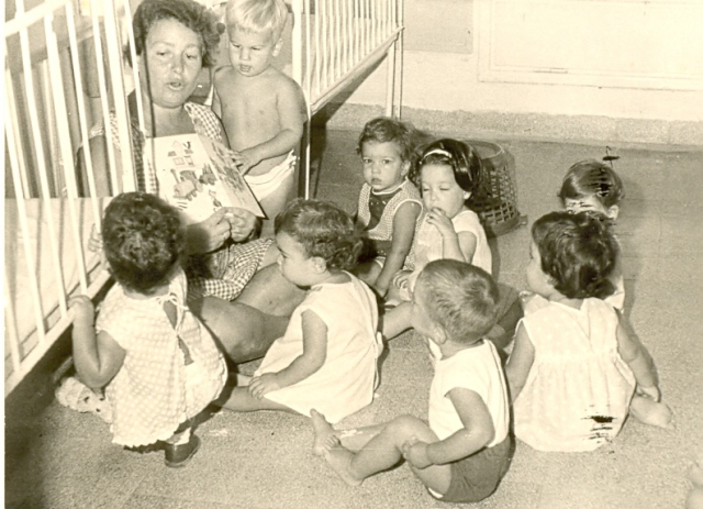 קובץ:Nurse with kibbutz children.jpg