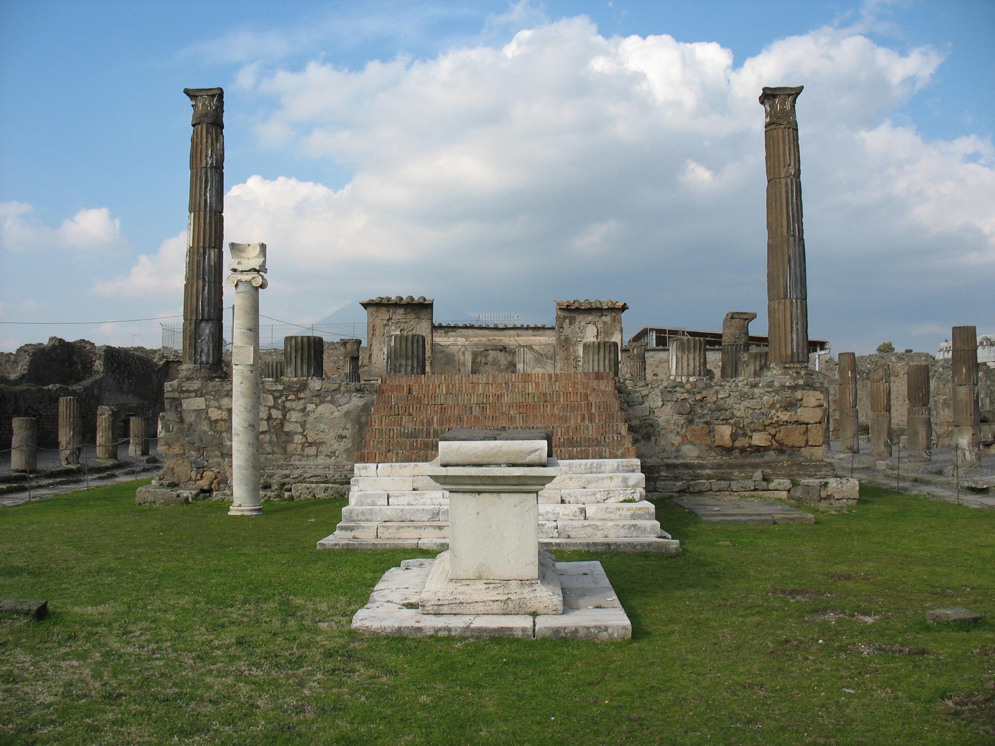 File:Pompeii - Temple of Apollo.jpg - Wikimedia Commons