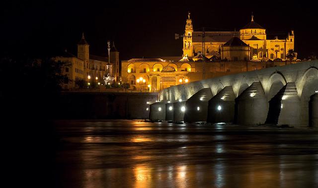 File puente sobre el guadalquivir de noche con la mezquita - Mezquita de cordoba de noche ...