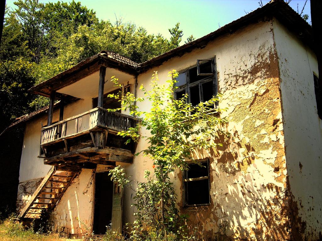 Traditionelle Hausarchitektur auf dem Land, hier in Desivojca