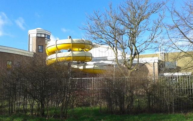 Zwembad West Nijmegen : File:sportfondsenbad nijmegen west glijbaan.jpg wikimedia commons