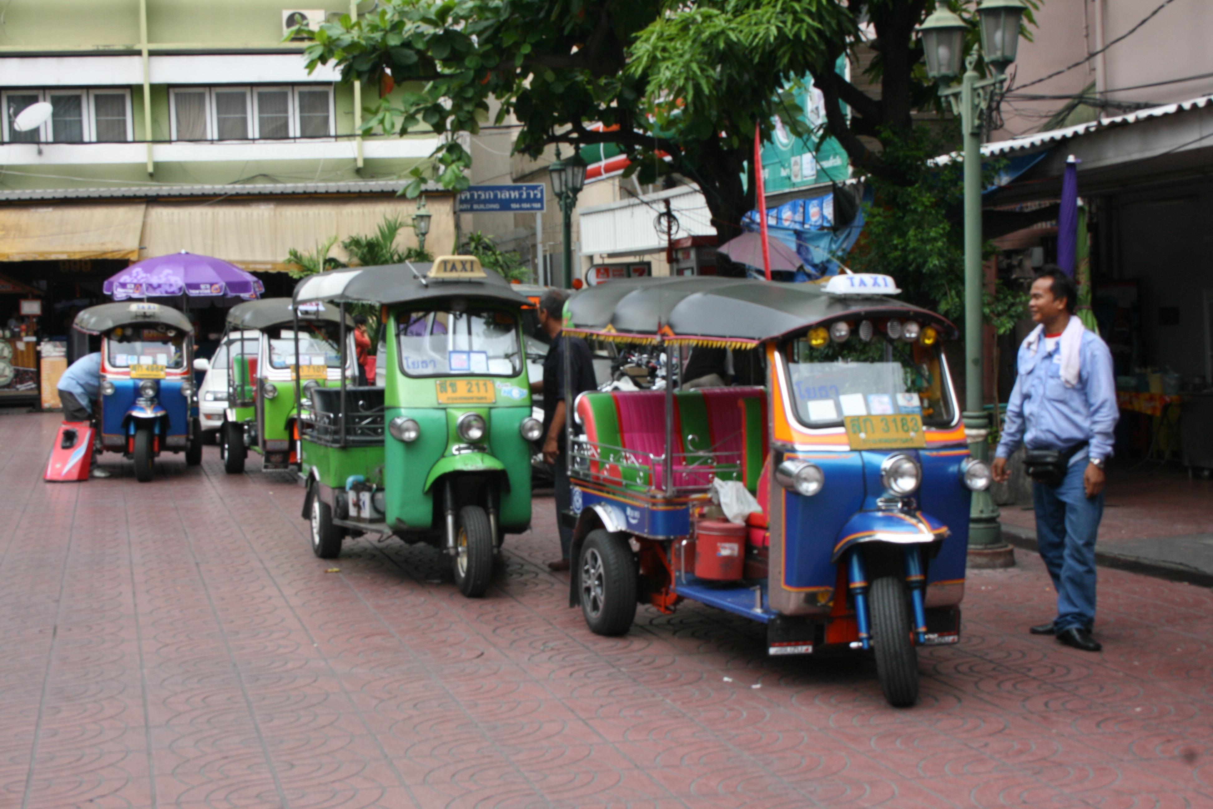 File:Tuk-tuks Bangkok (8270994798).jpg - Wikimedia Commons