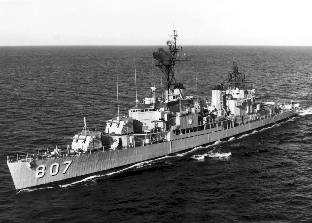 USS Benner (DD-807) underway in 1968.jpg