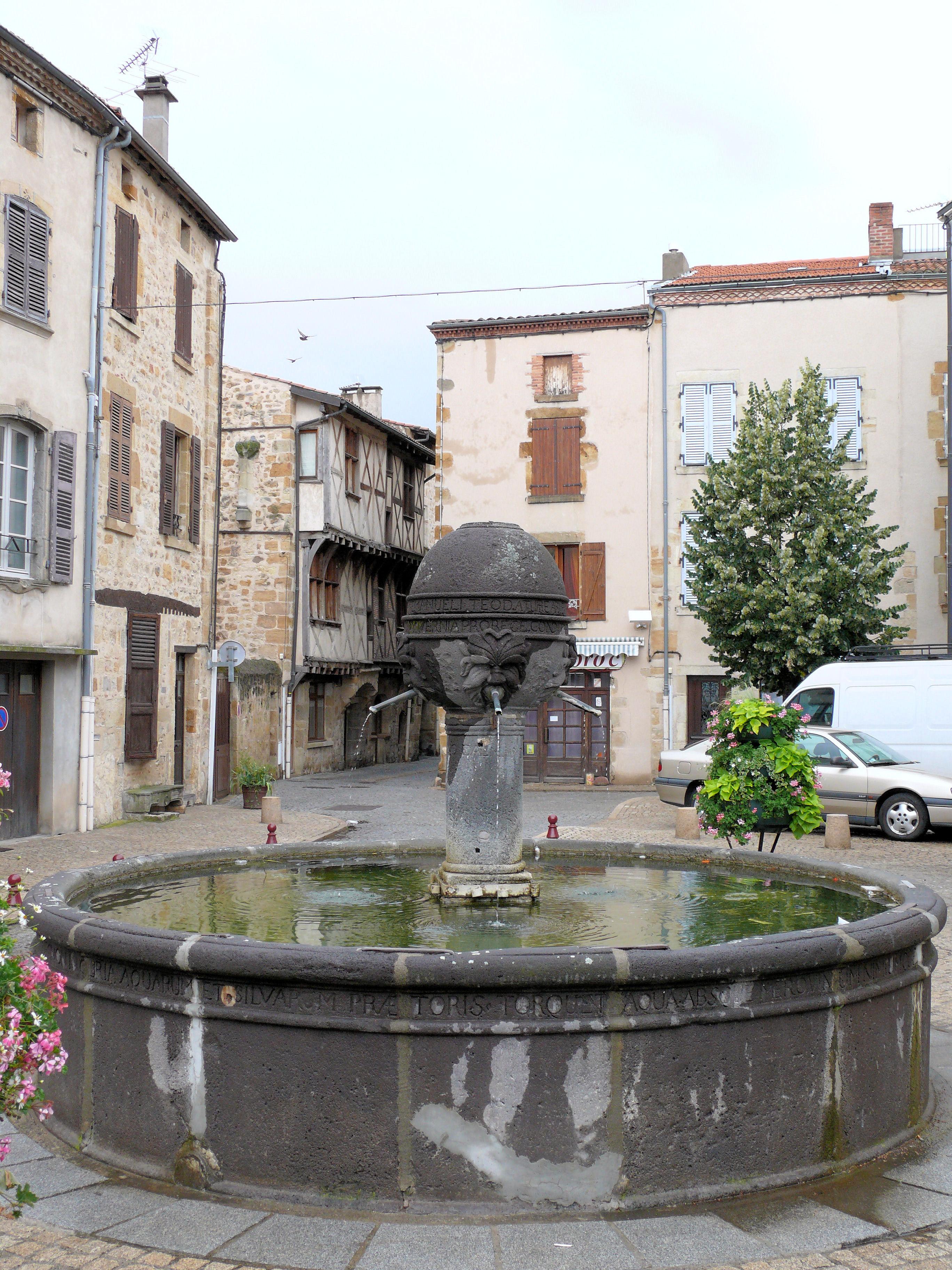 File vic le comte fontaine place du vieux march 579 for Piscine vic le comte