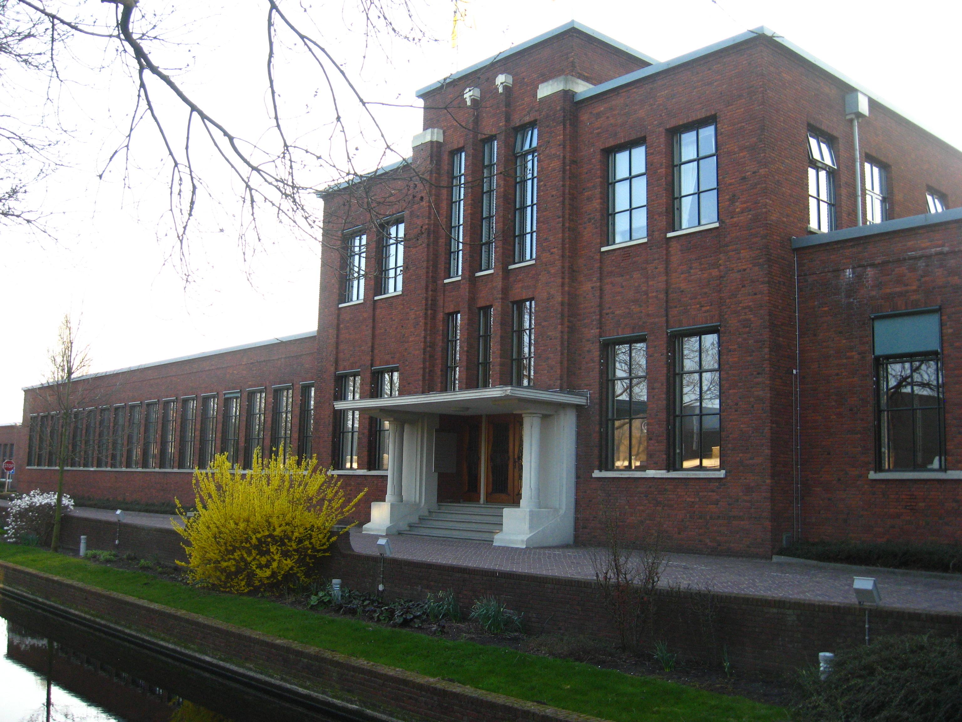Kantoorgebouw van de voormalige tabaksfabriek louis dobbelman in waddinxveen monument - Expressionistische architectuur ...