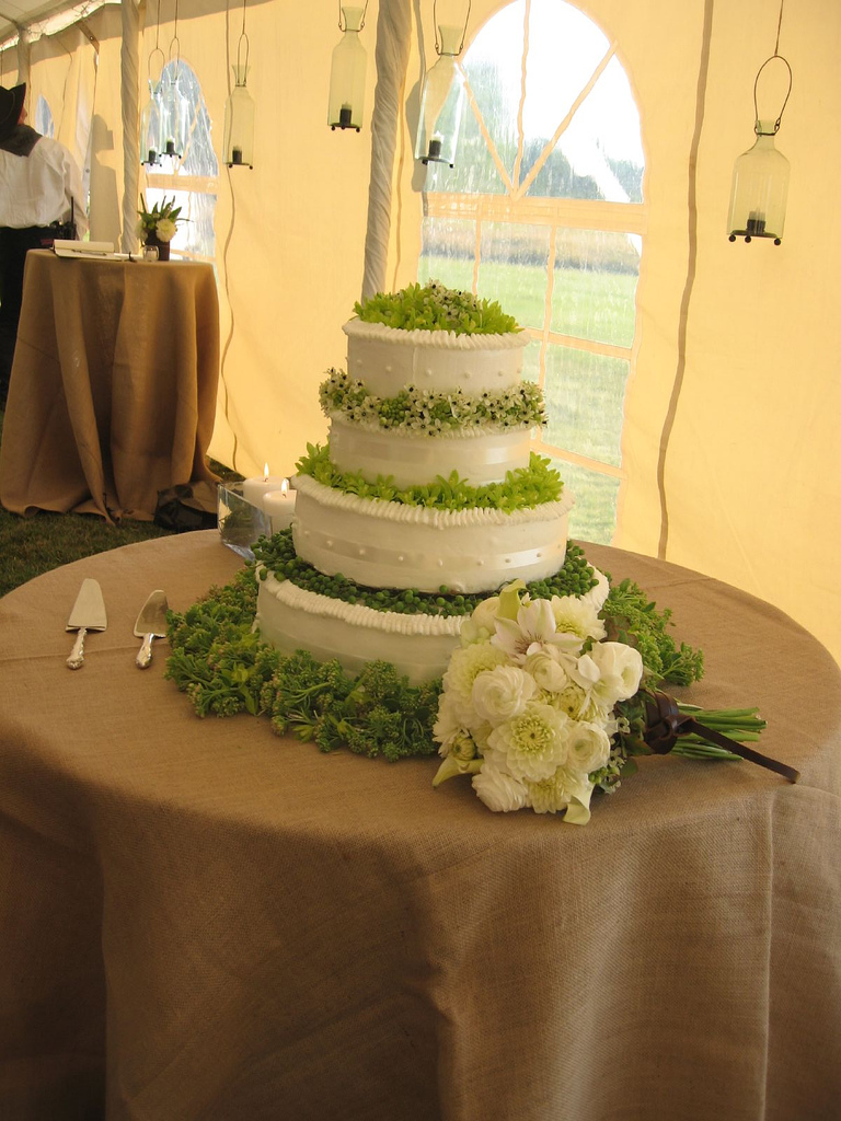 File:Wedding cake white and green.jpg - Wikimedia Commons