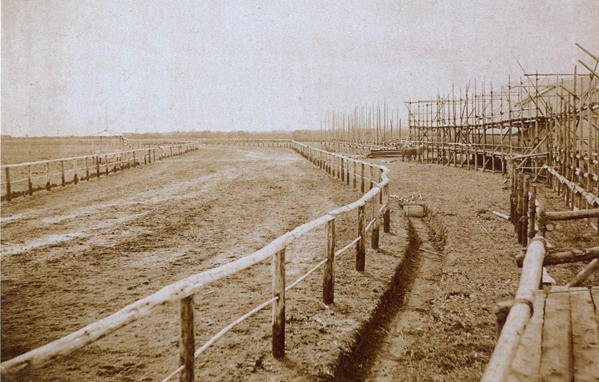 ファイル:1882年 建設中の旧函館競馬場.jpg - Wikipedia
