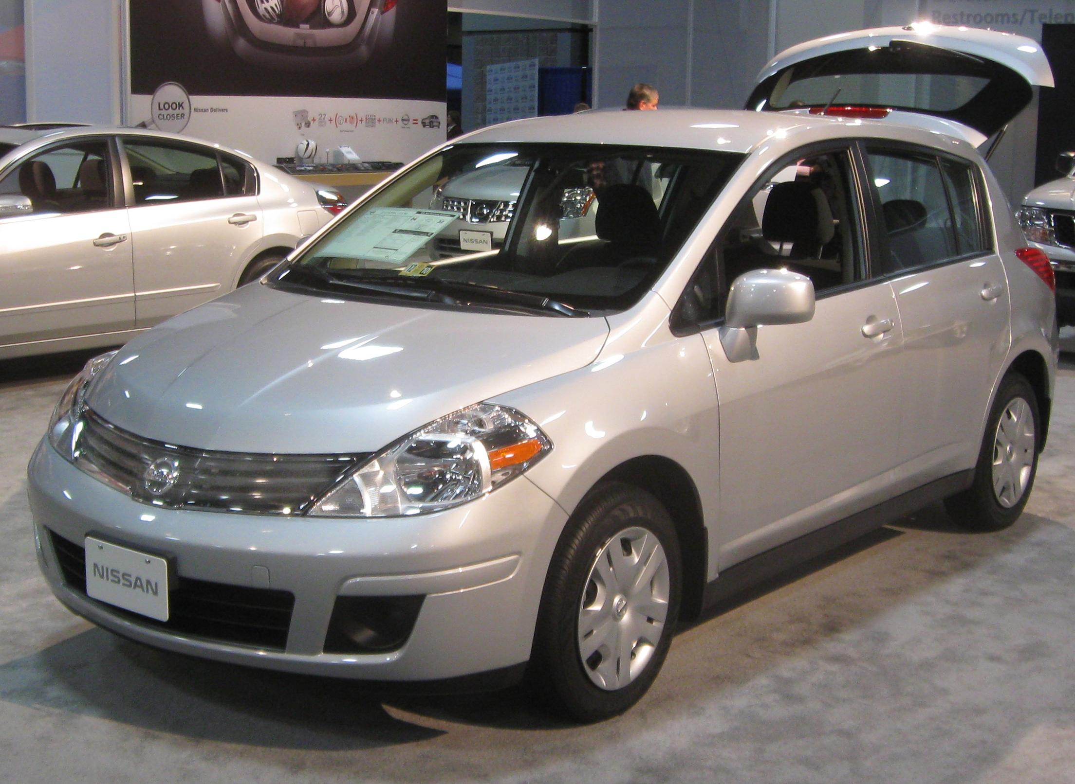 File:2010 Nissan Versa 1.8s