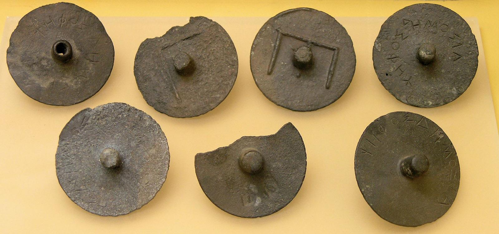 Fichas de voto utilizadas por los jurados de la Heliea, Museo del Ágora de Atenas.