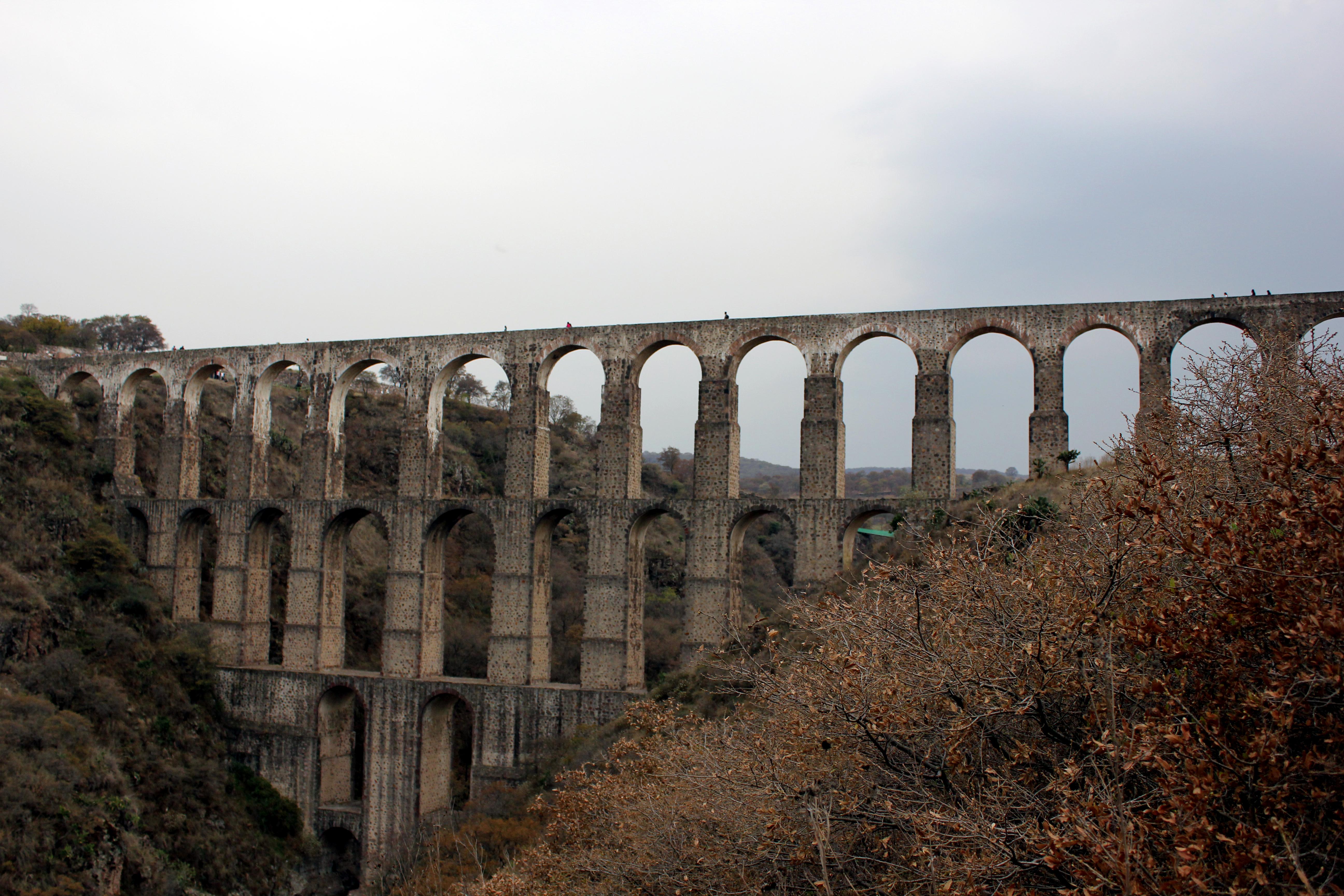 File:Acueducto, Arcos del Sitio, Tepotzotlán, Estado de México.JPG
