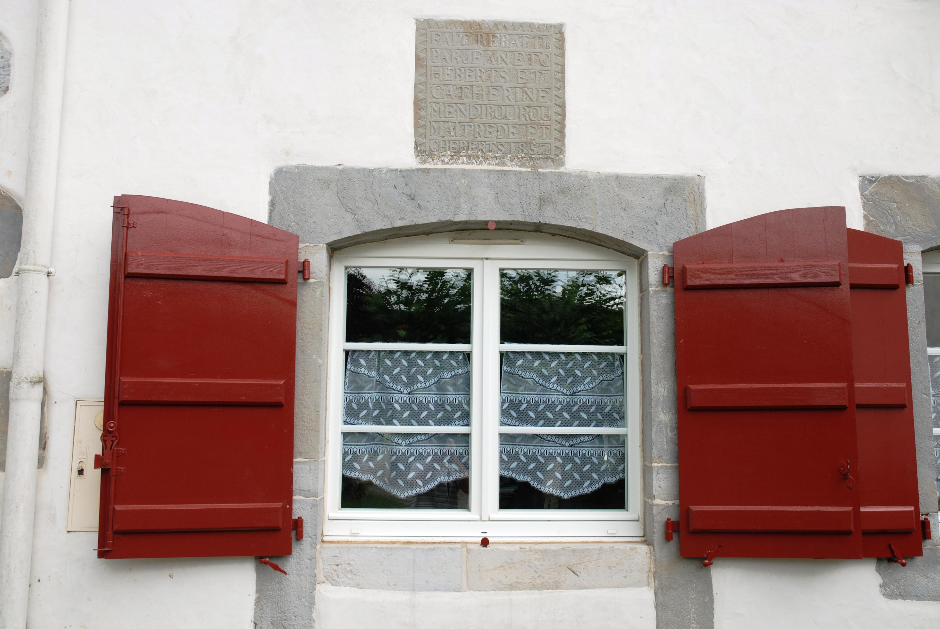 File ainhice mongelos fen tre au linteau 1857 jpg for Linteau fenetre