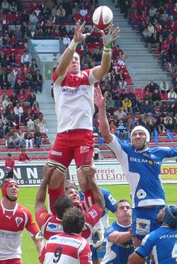 Imanol Harinordoquy levé en touche lors du match Biarritz olympique-Montpellier HRC du 24 mai 2008 (Top 14)