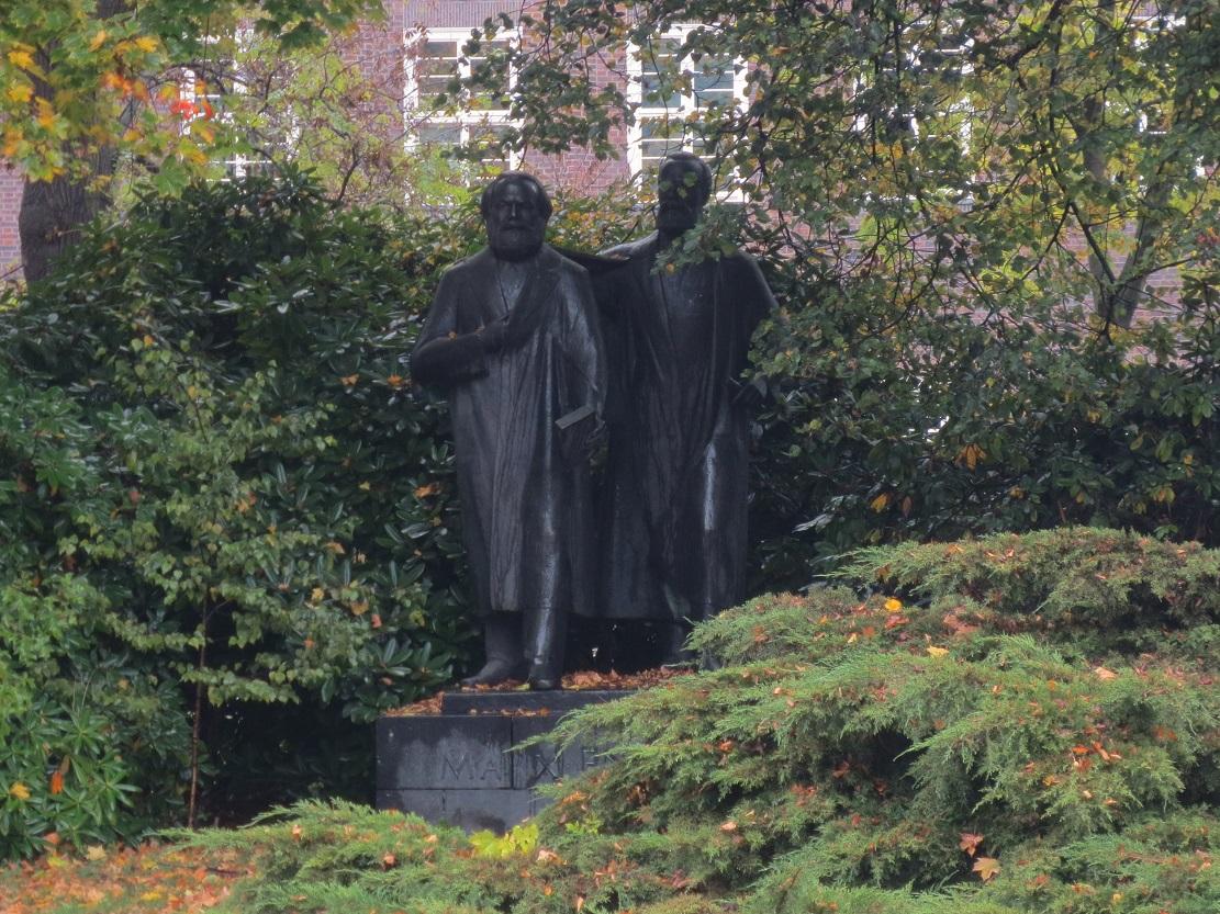 Bronzedenkmal Marx und Engels. Bild 2.JPG