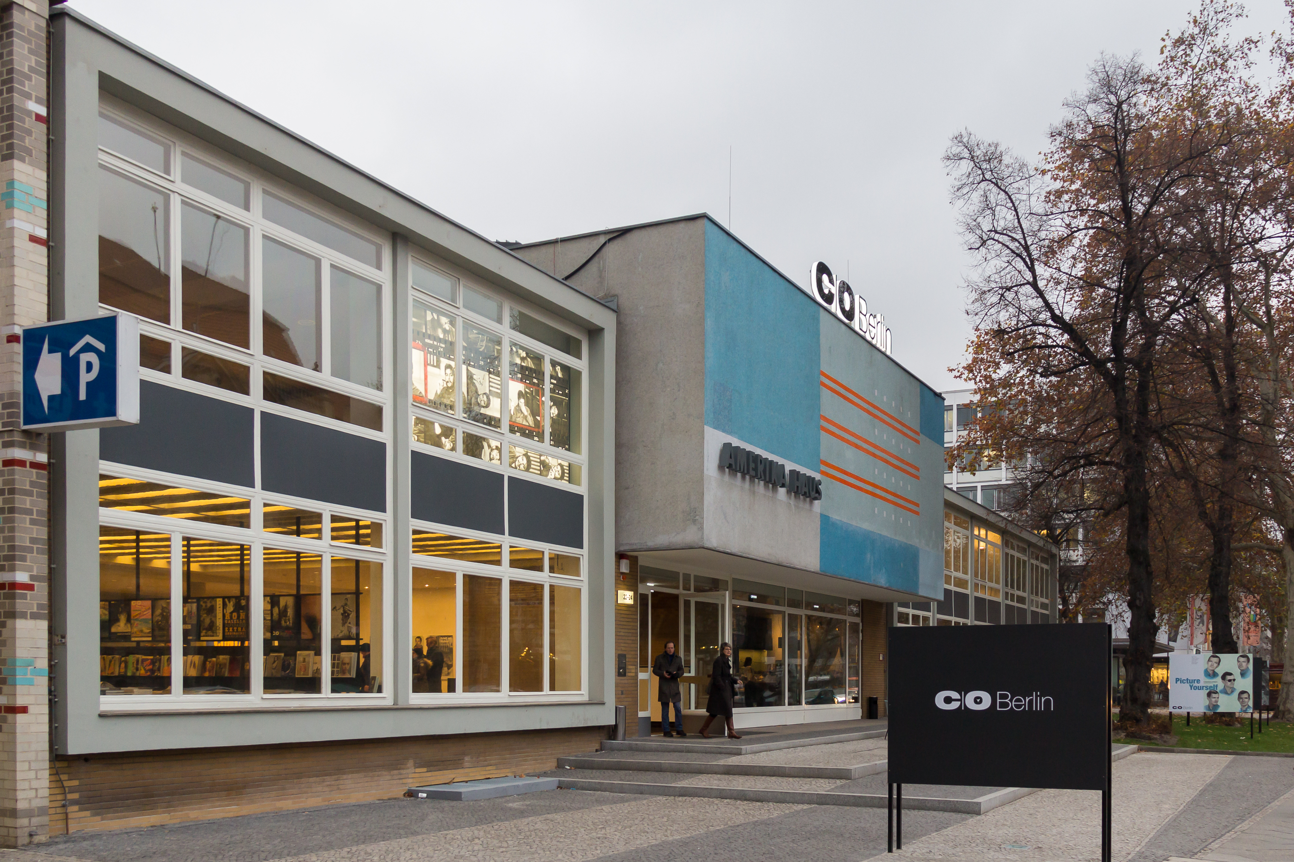 File:C-O Berlin im Amerika Haus-2578.jpg
