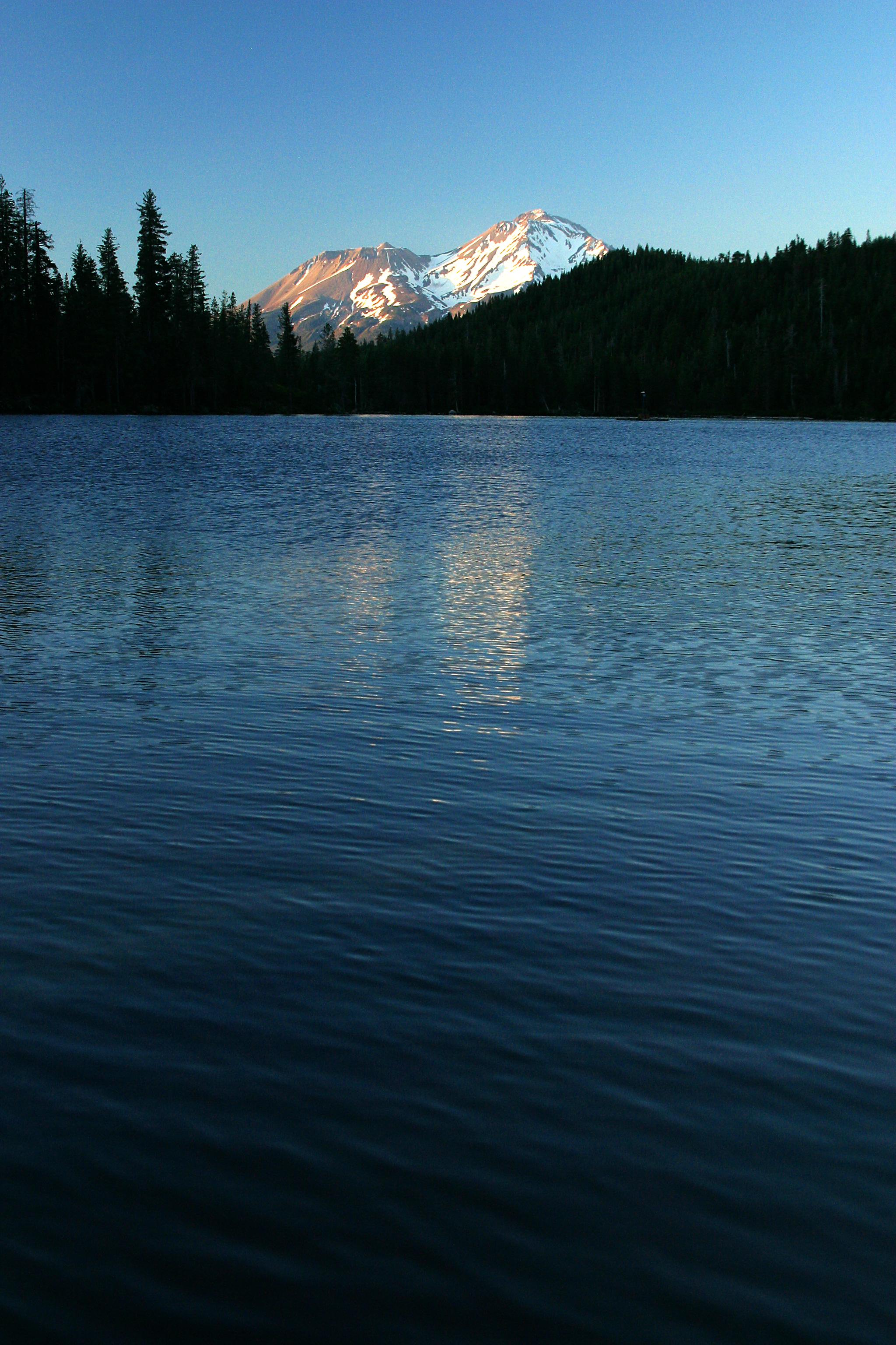 Mt Shasta Ca >> File:Castle Lake (California) - waves, Mt. Shasta ...