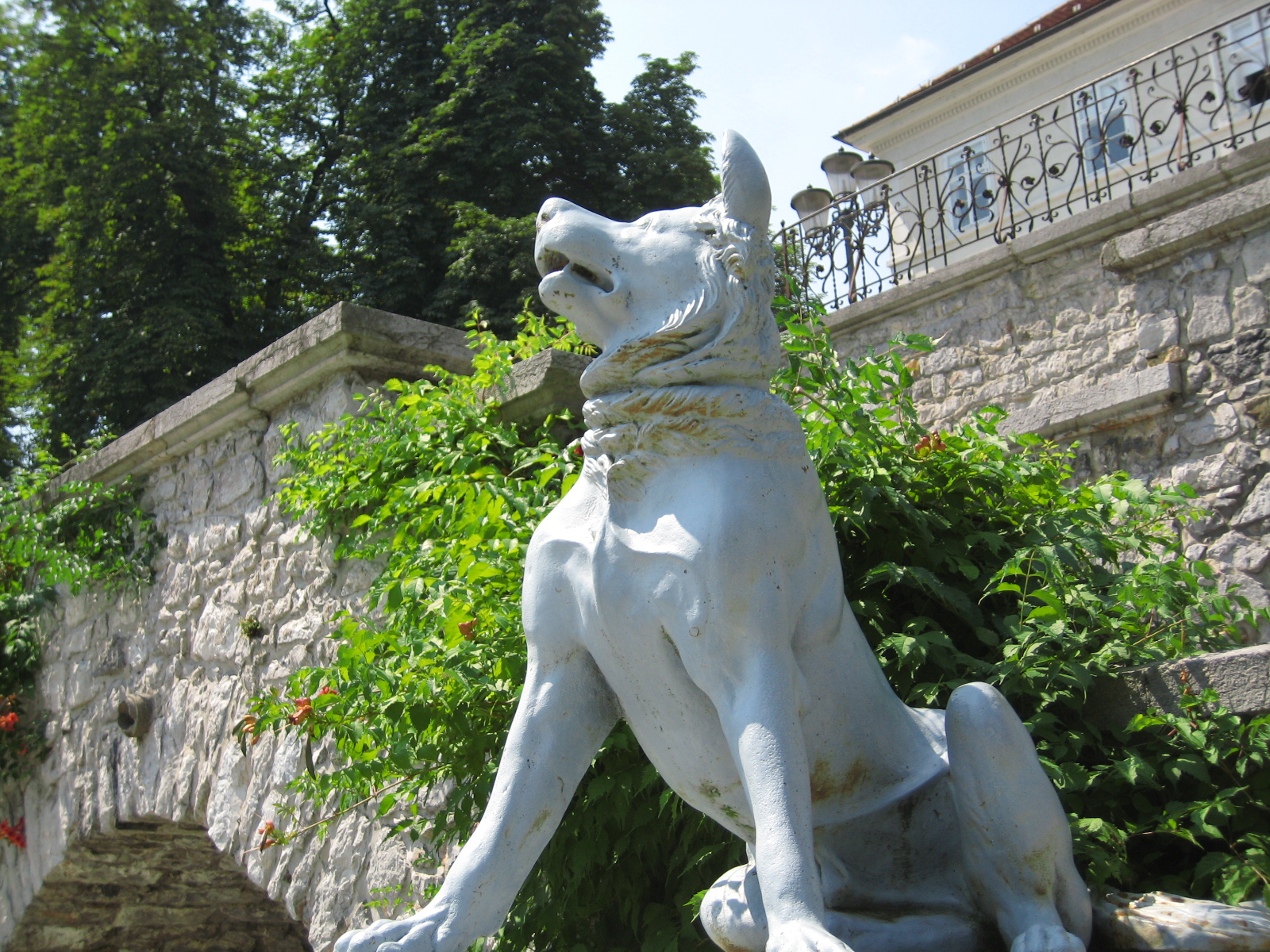 file dog statue in tivoli
