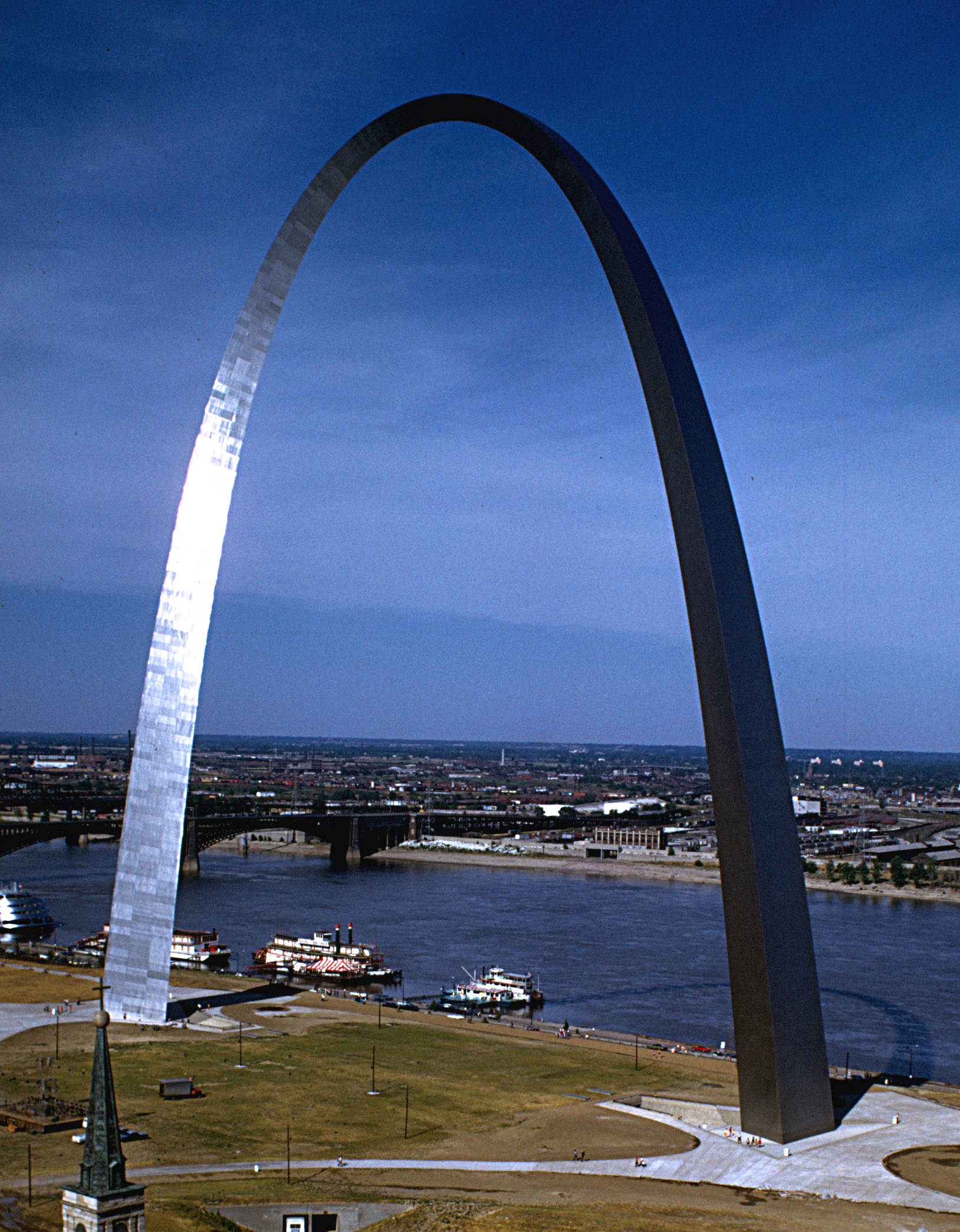 File:Gateway Arch (distant view) - Wikimedia Commons