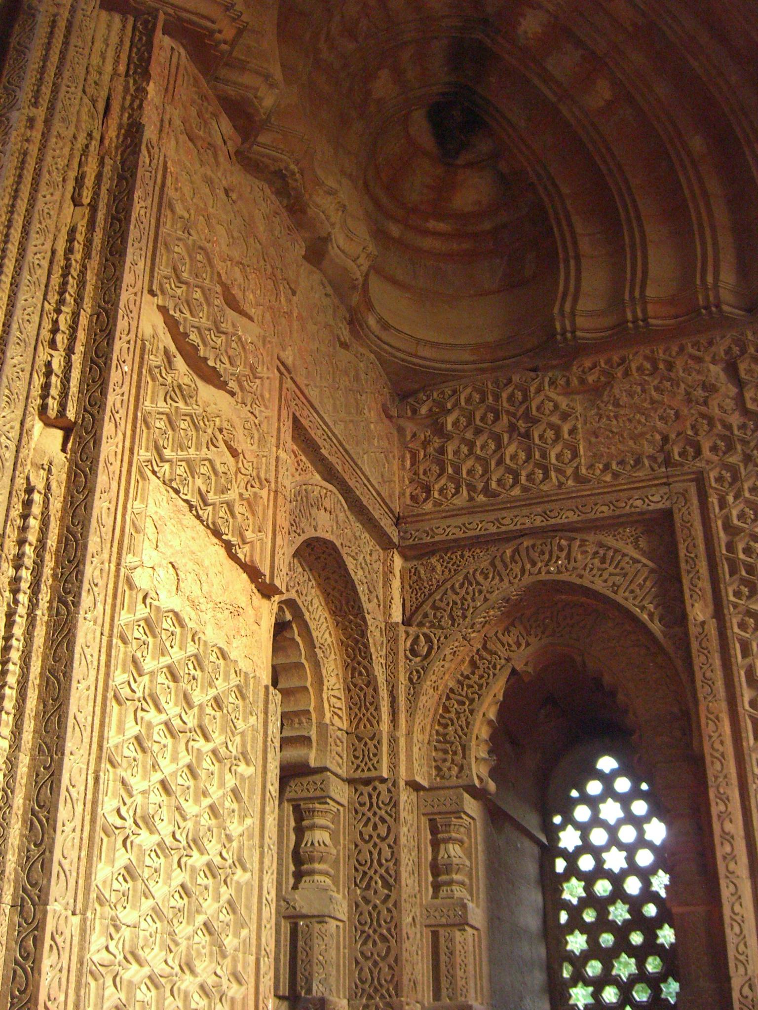 File:Interior of Alai Darwaza, Qutb Minar complex.jpg ...