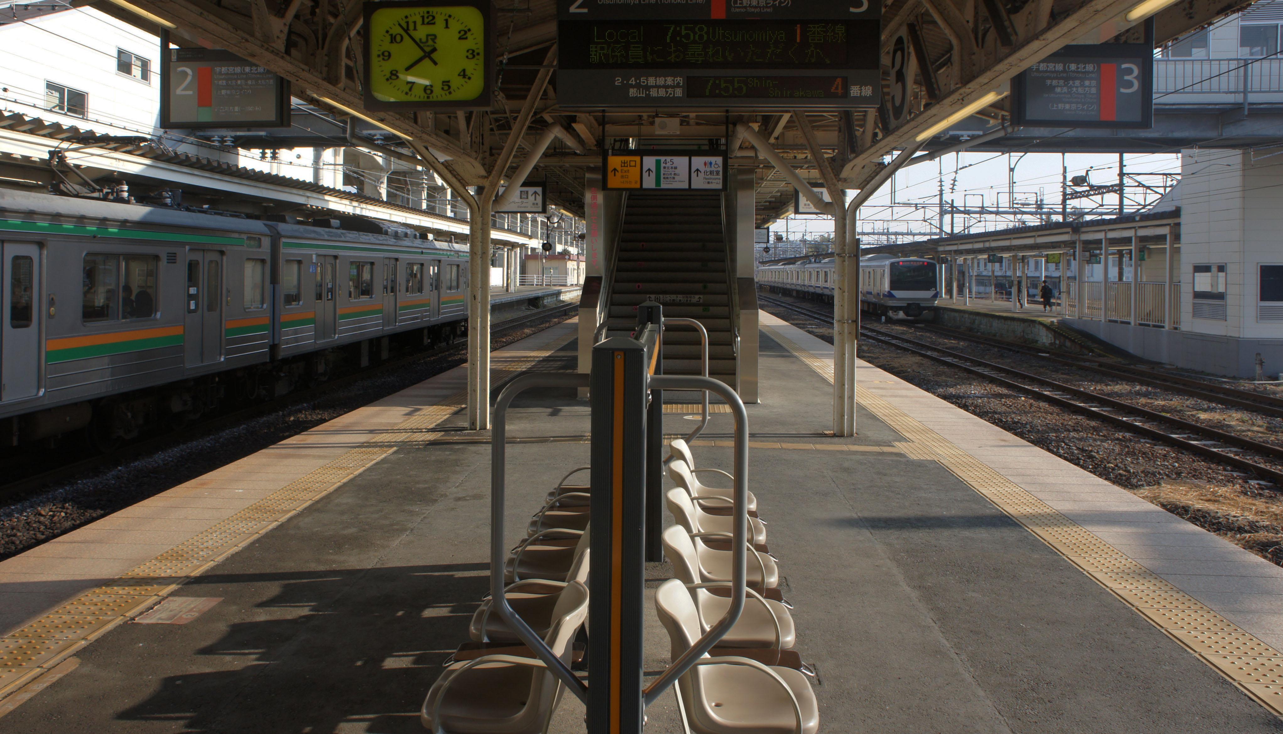 https://upload.wikimedia.org/wikipedia/commons/3/30/JR_Tohoku-Main-Line_Kuroiso_Station_Platform_2%E3%83%BB3.jpg