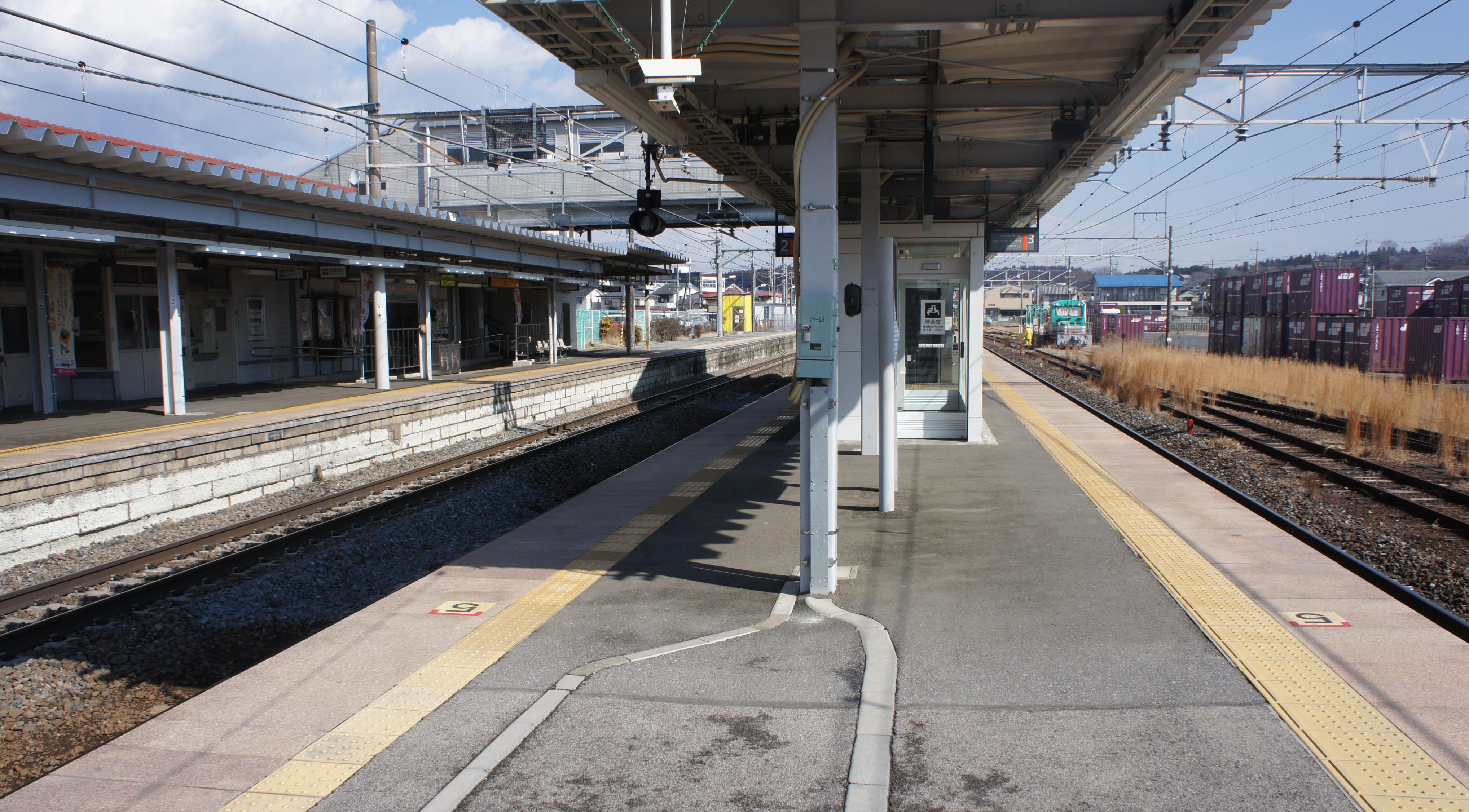 https://upload.wikimedia.org/wikipedia/commons/3/30/JR_Tohoku-Main-Line_Yaita_Station_Platform.jpg