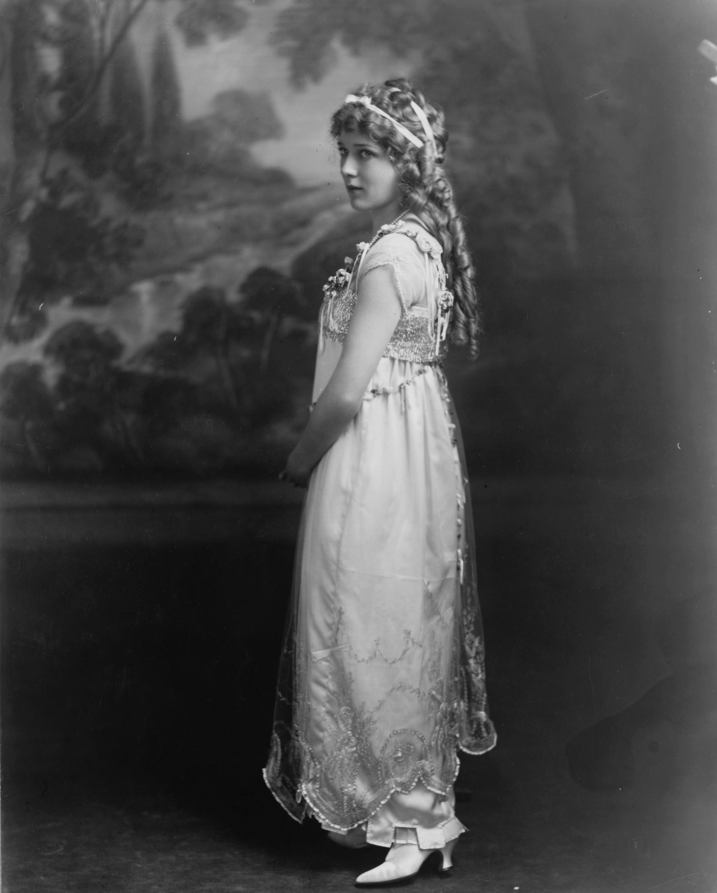 http://upload.wikimedia.org/wikipedia/commons/3/30/Mary_Pickford_II.png