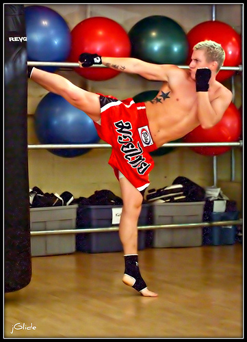 Muay_Thai_High_kick.jpg